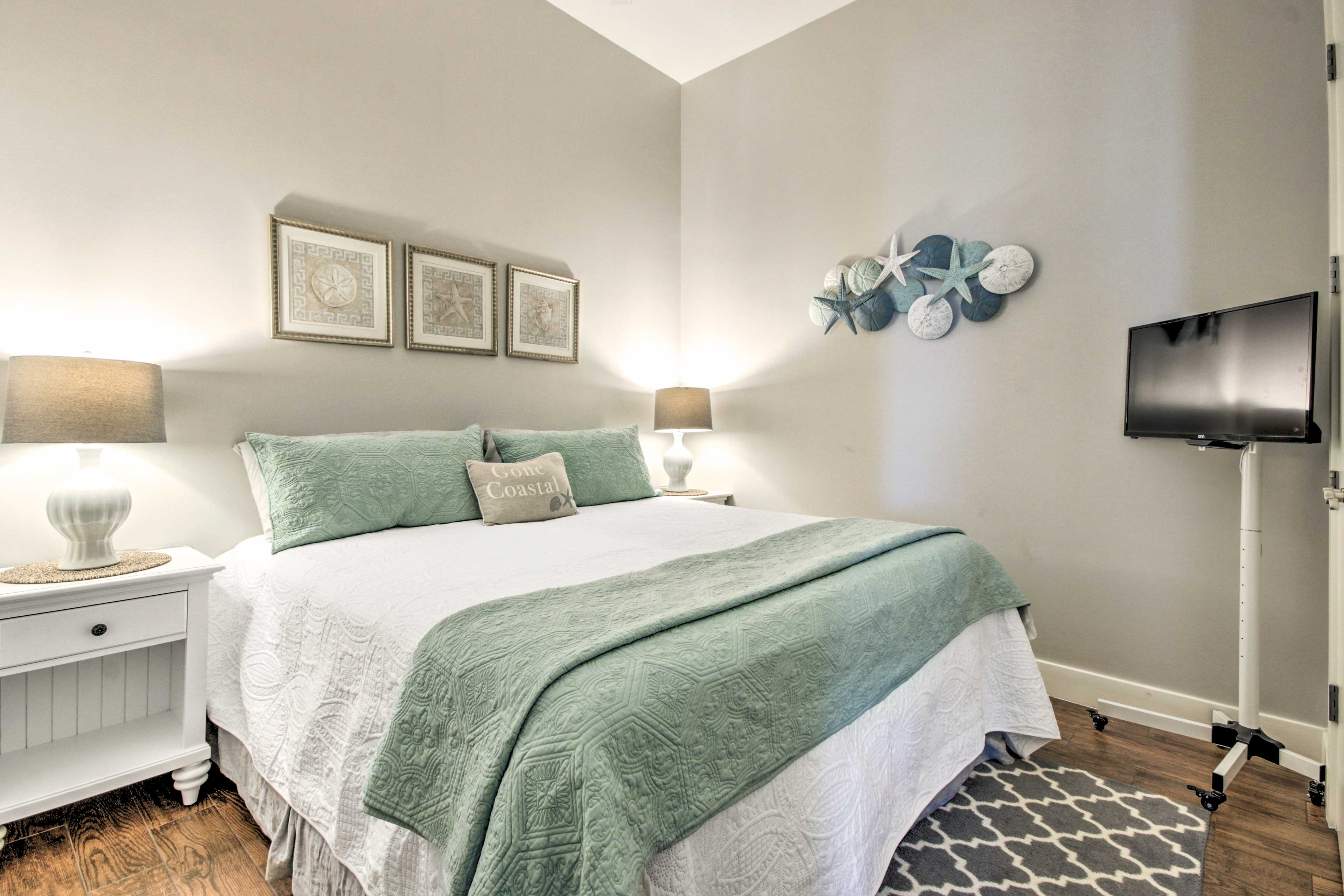 Two additional guests can make themselves comfortable in the second bedroom.
