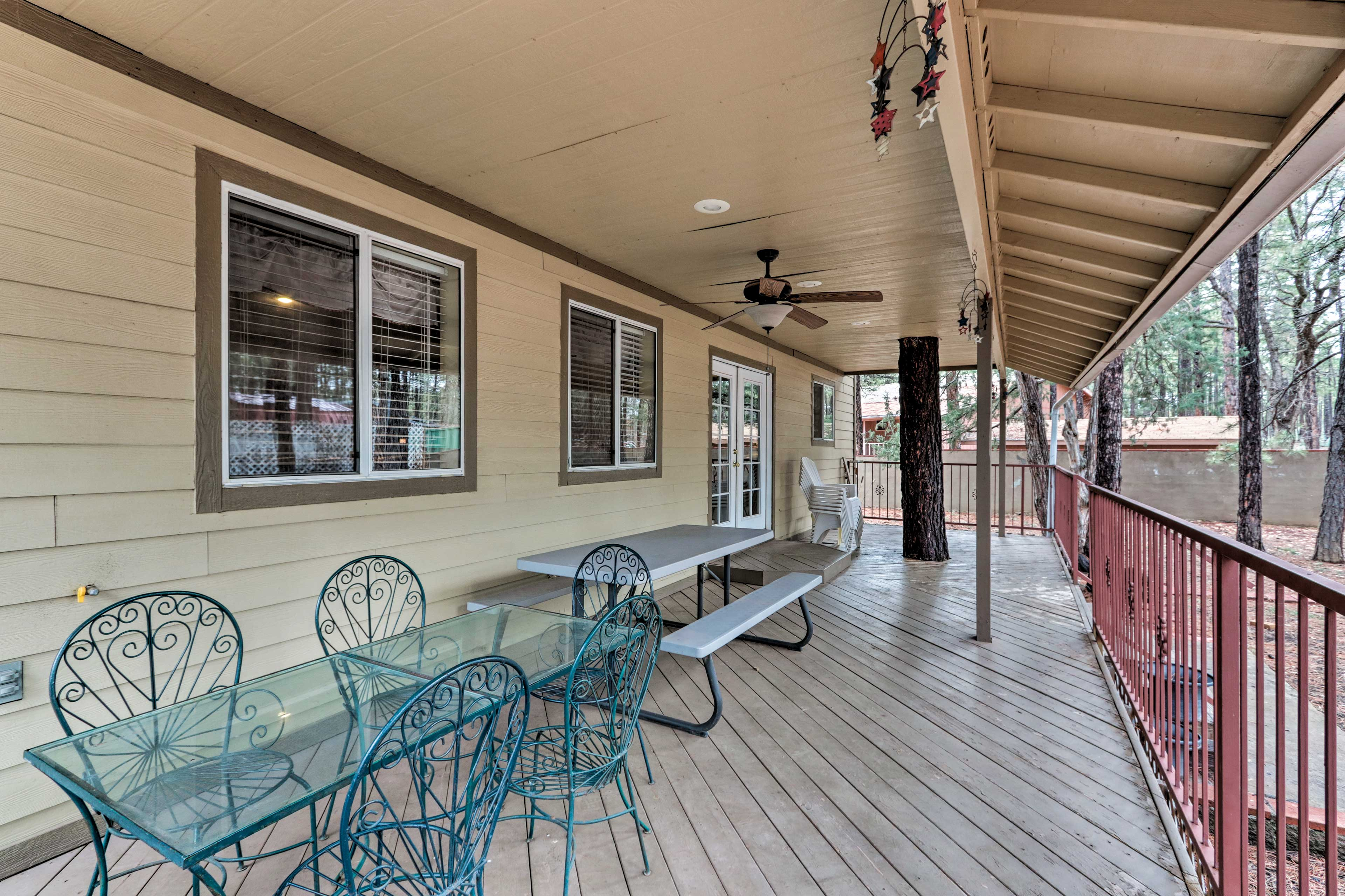 Take your meals al fresco on the covered porch.