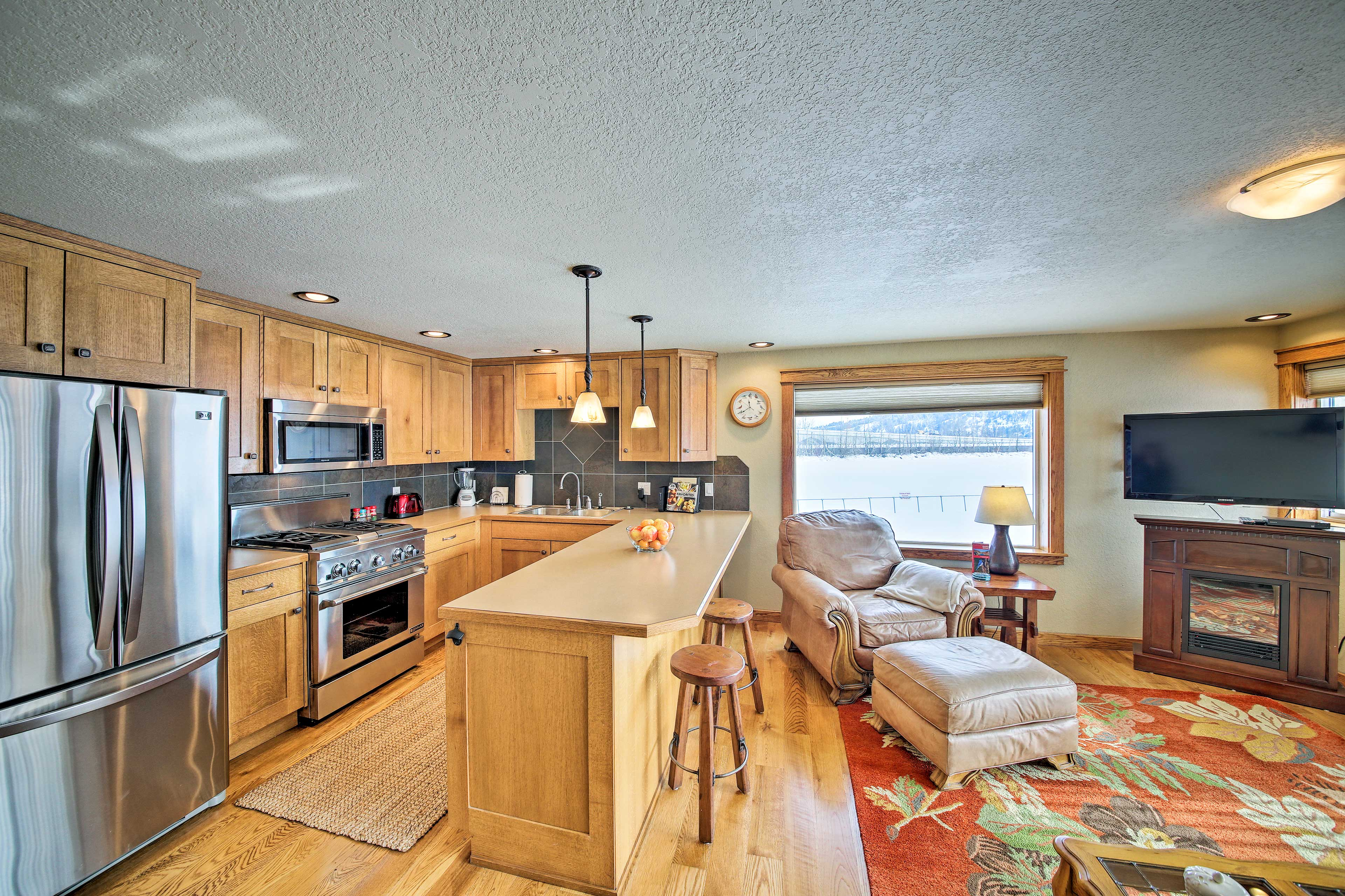 Relax in the living room or make a snack in the fully equipped kitchen.