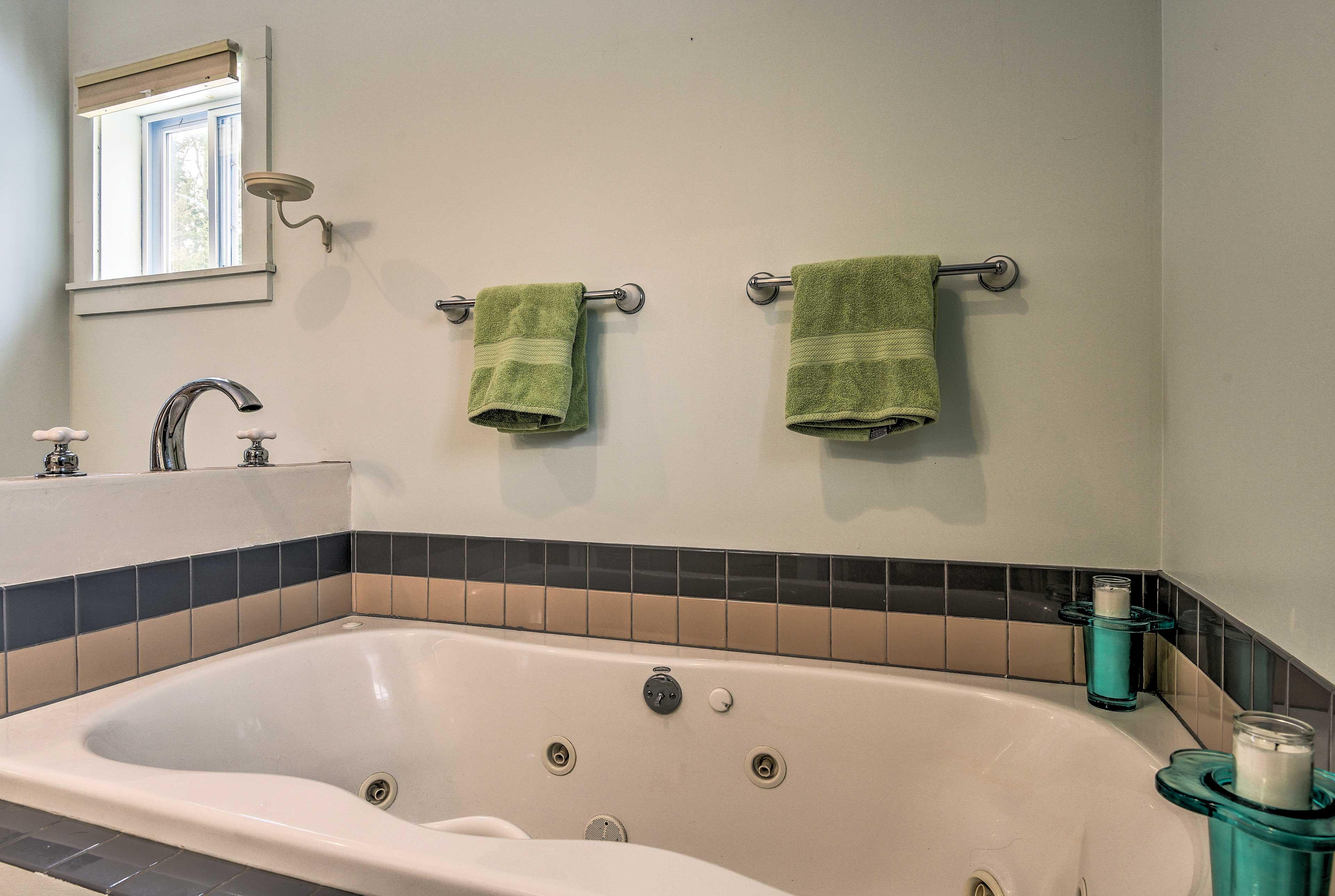 Full En-Suite Bathroom   Jetted Tub