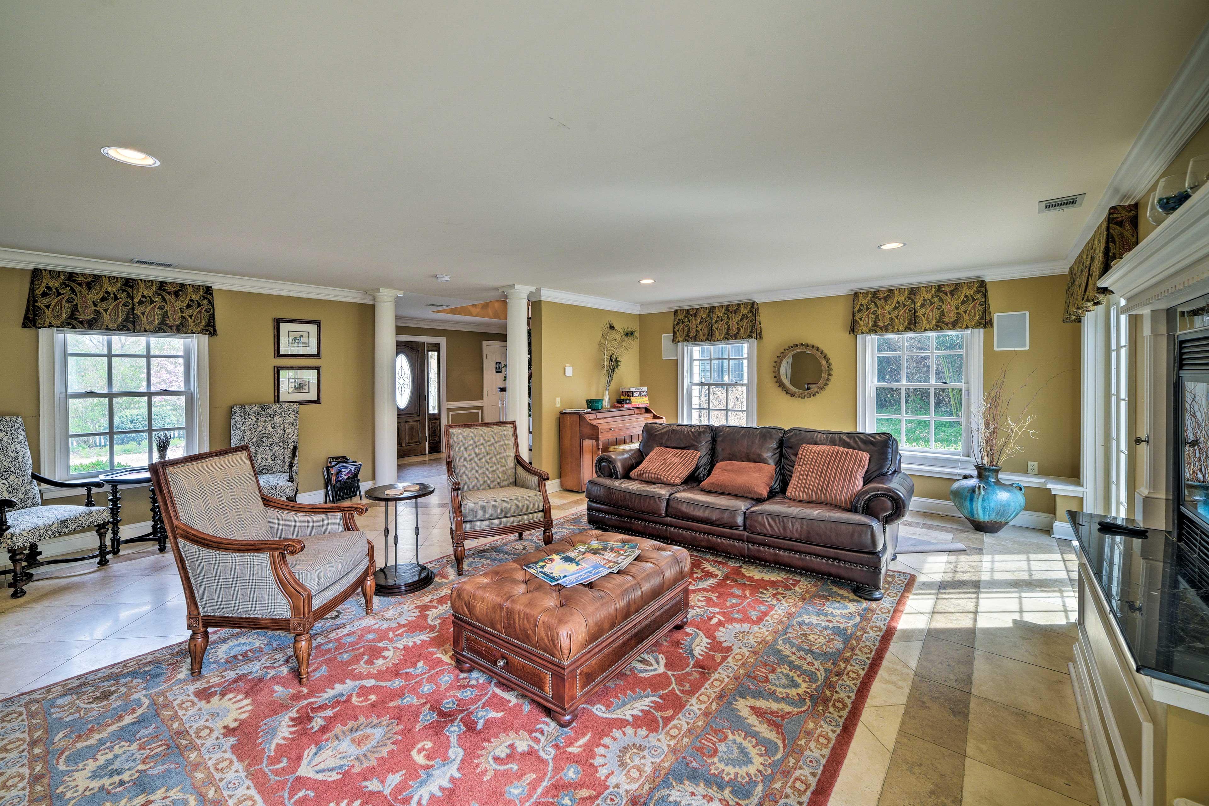 Main Villa Living Room | Gas Fireplace