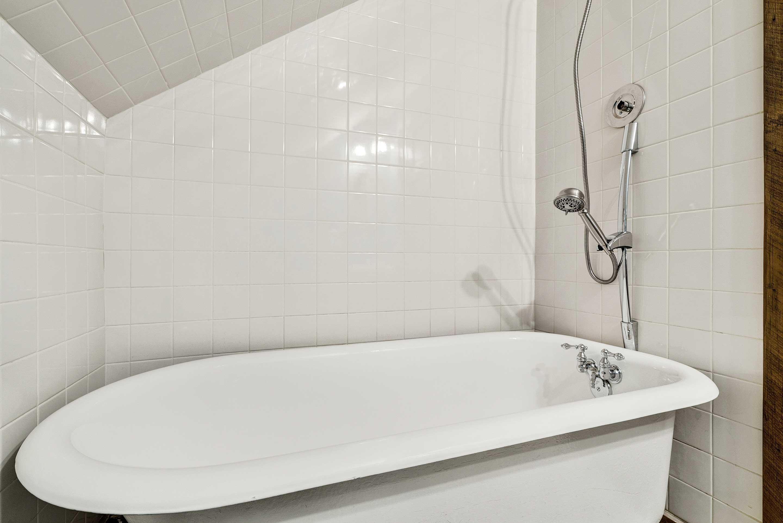 Full Bathroom | Tub w/ Detachable Showerhead