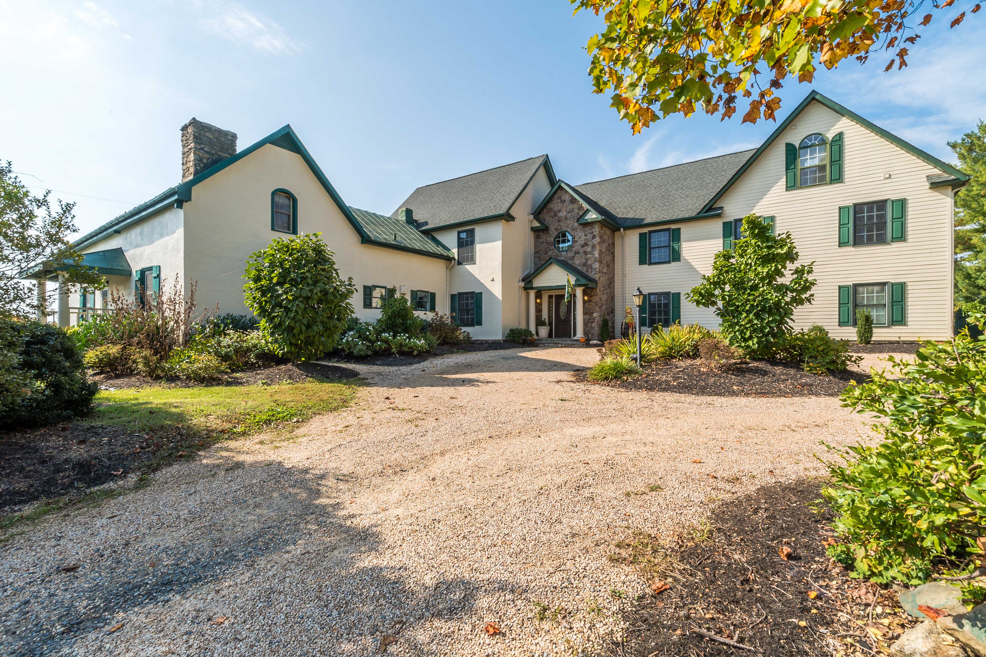 6,100 Sq Ft | Driveway Parking for 6