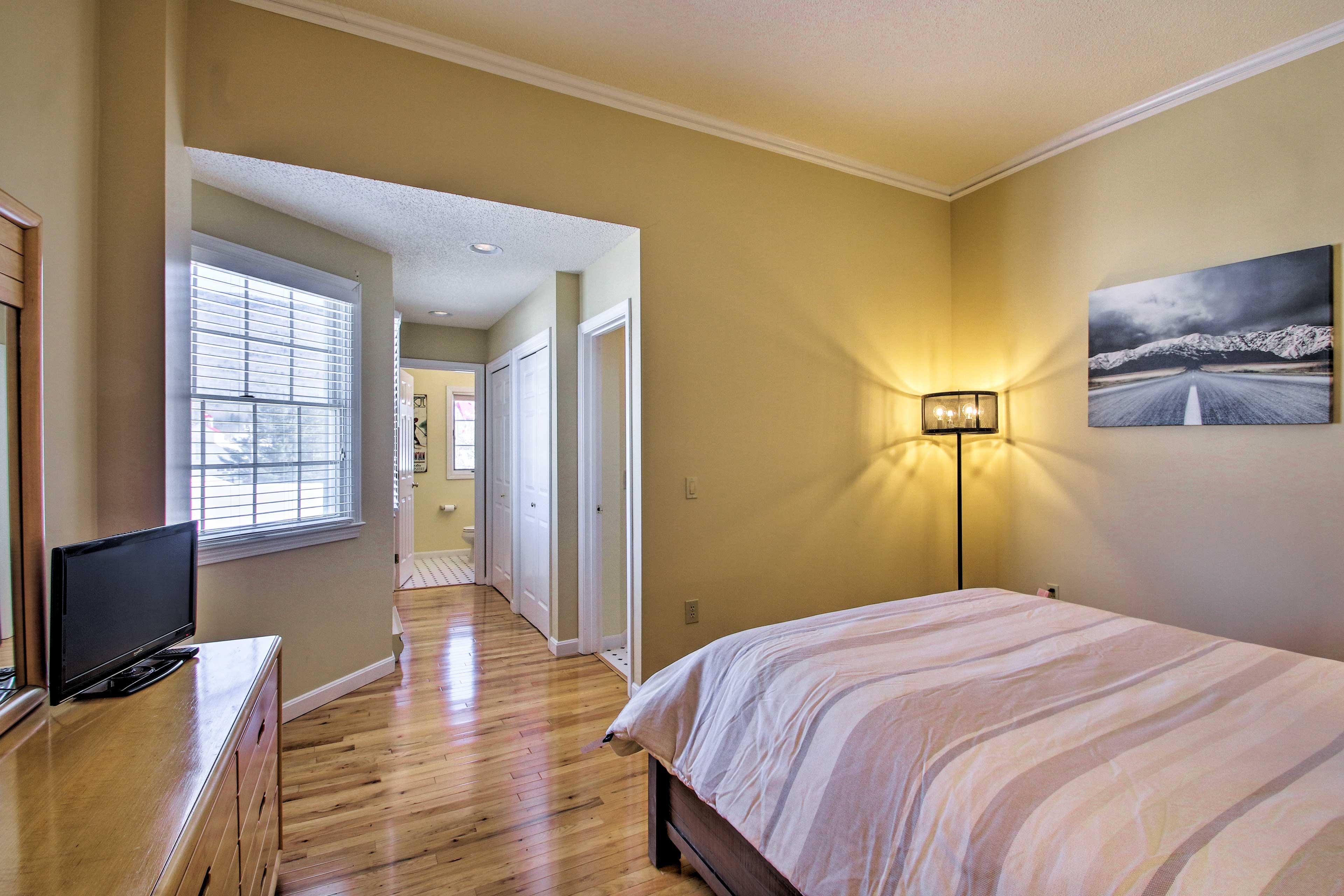 The master bedroom has an en-suite bathroom.