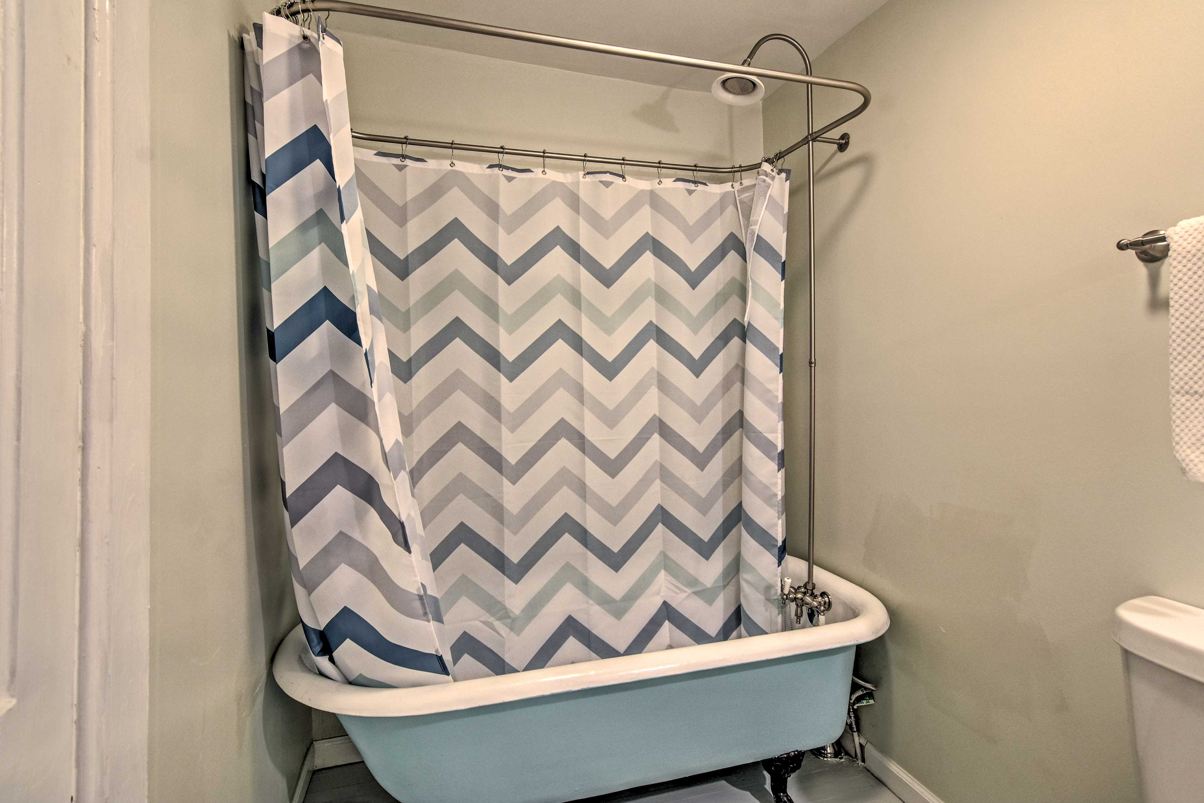Take a shower or a bath in this bathroom.