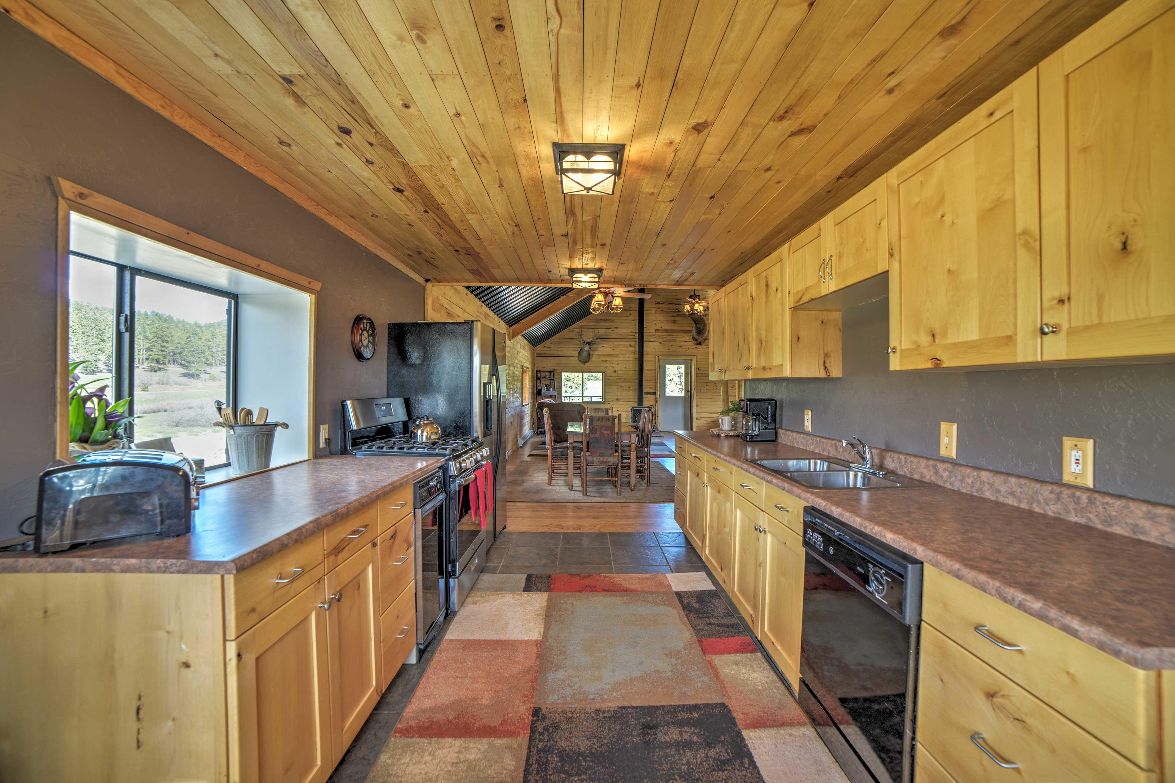 Full Kitchen | Dishwasher | Knotty-Pine Accents