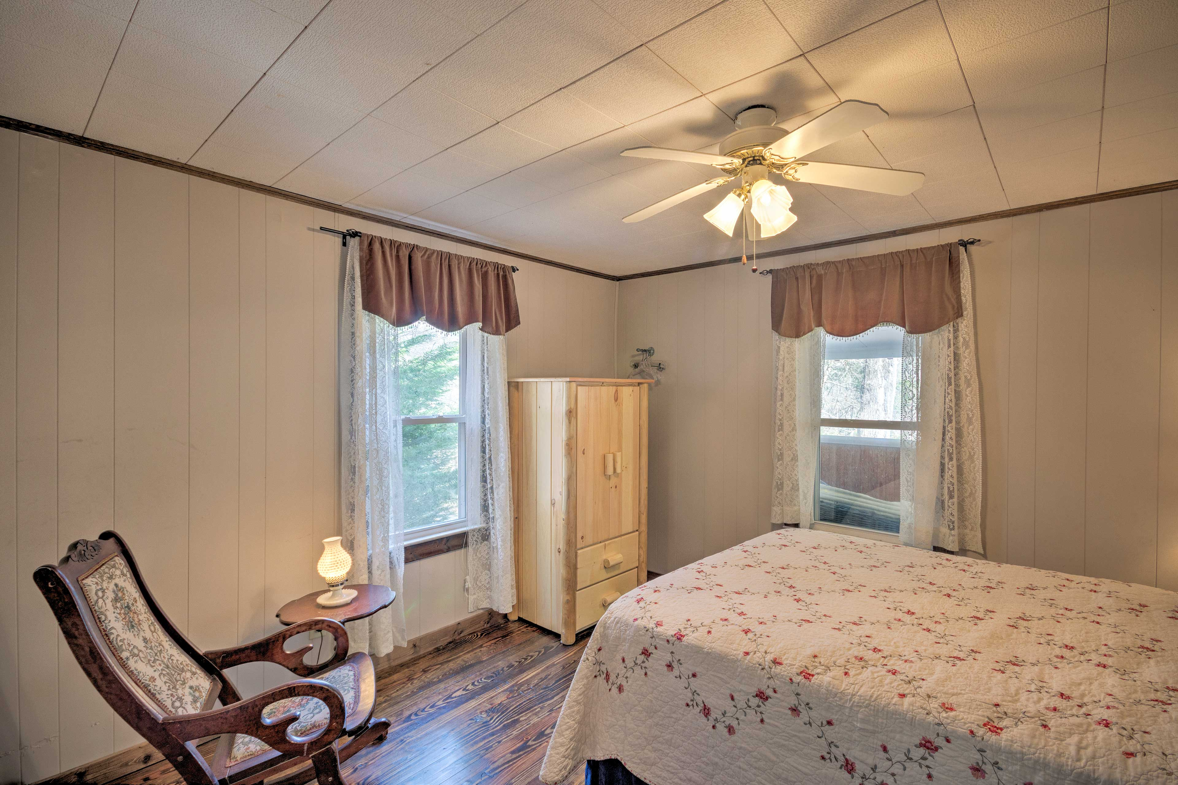 You'll fall asleep with ease in the airy bedroom!