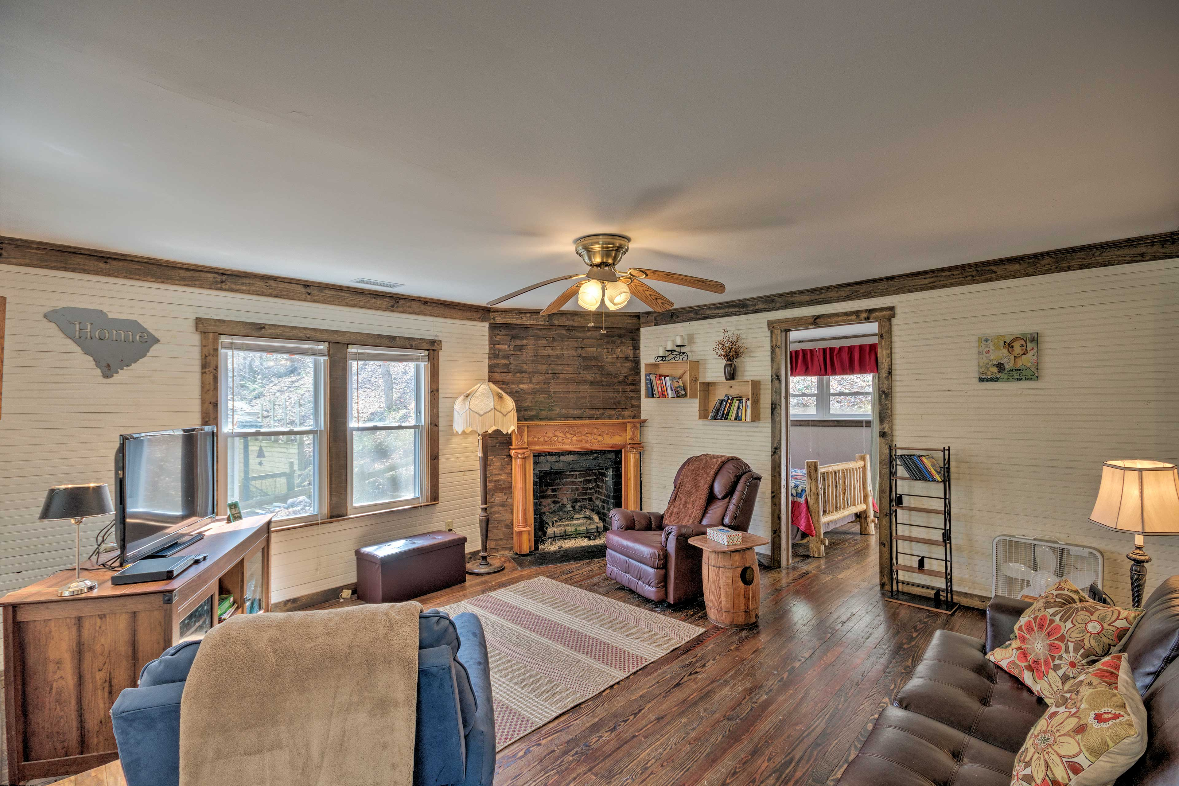 The home features hardwood floors and a flat-screen TV.