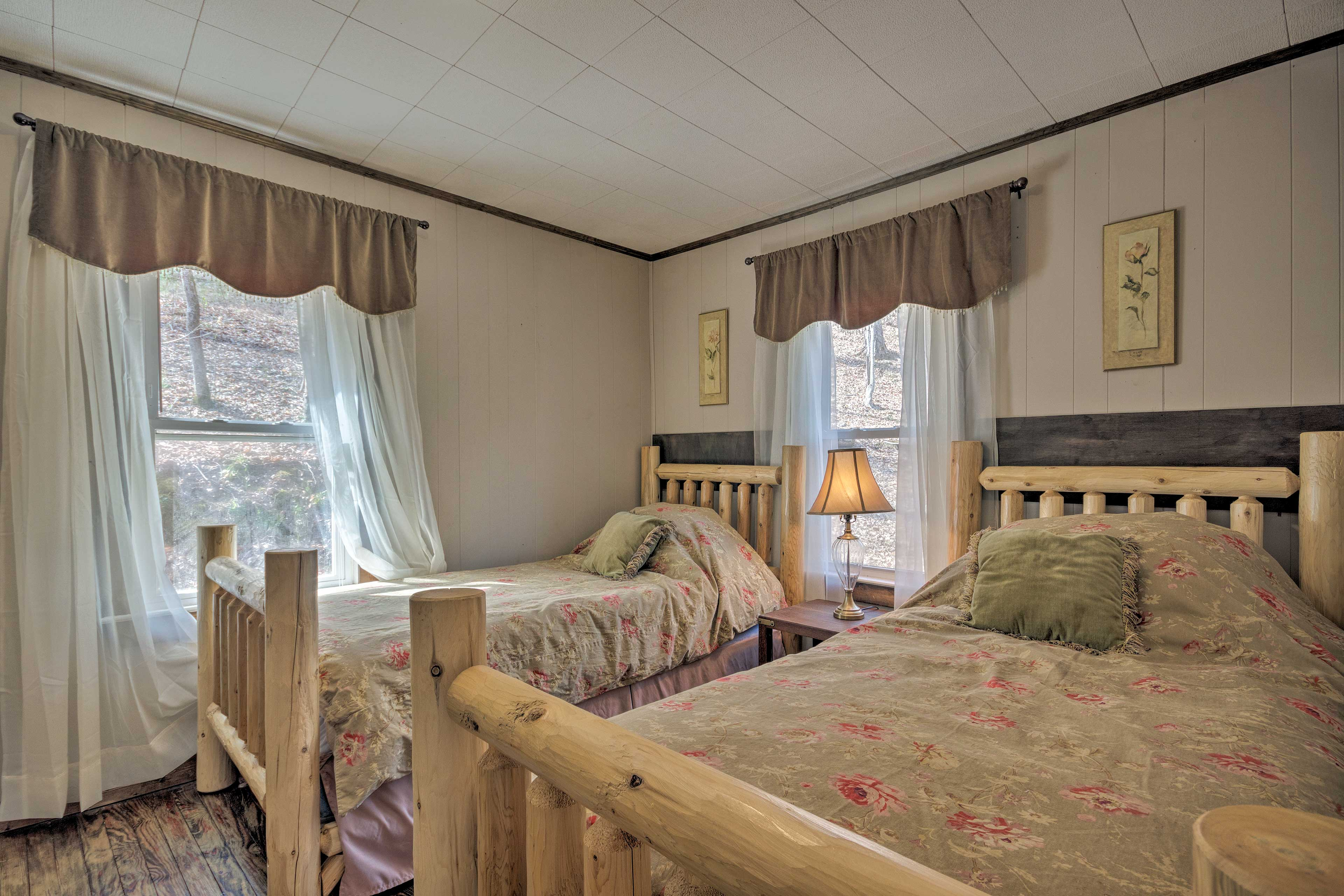 Two twin beds sleep 2 guests in this bedroom.