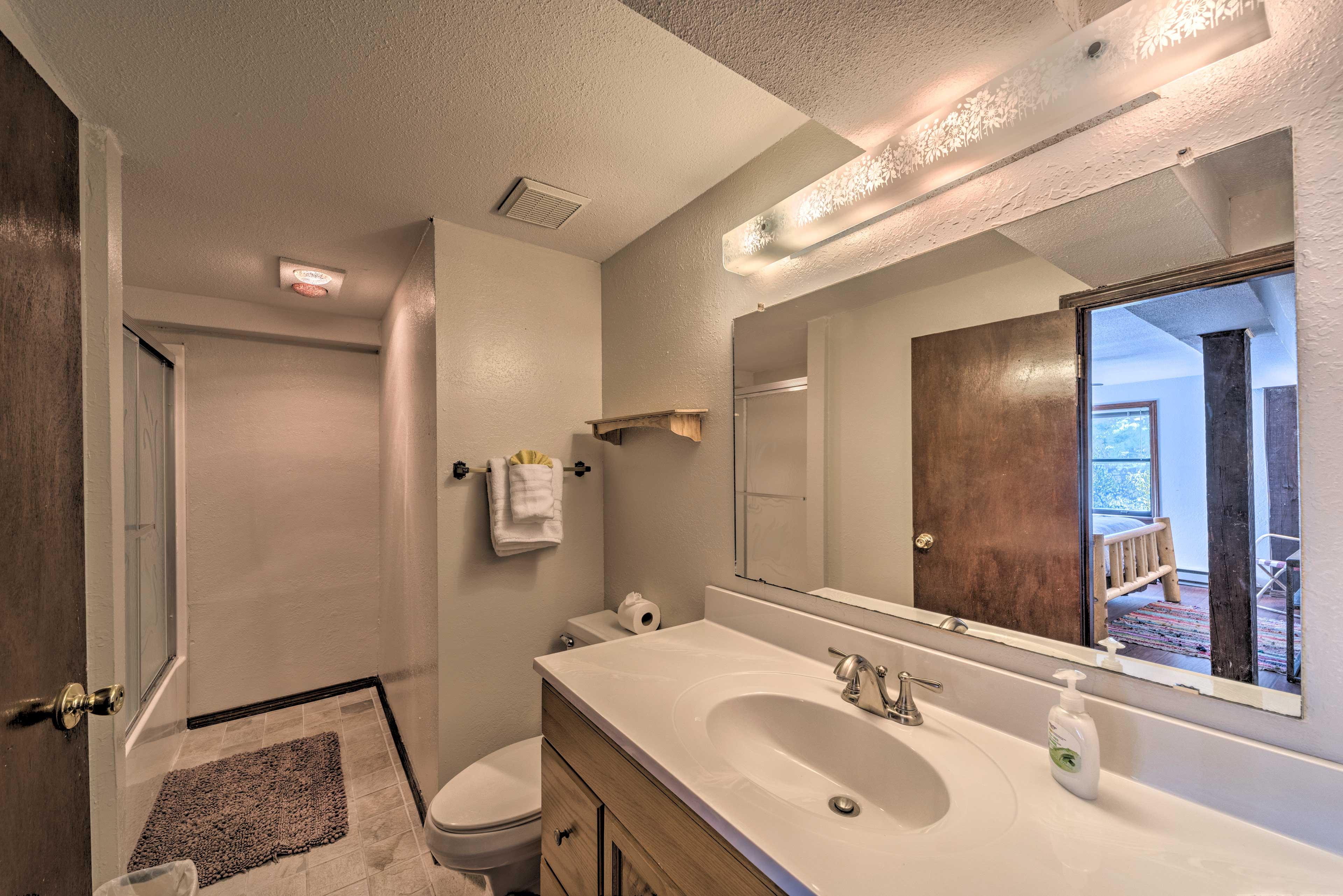 Full Bathroom 4 | Towels Provided