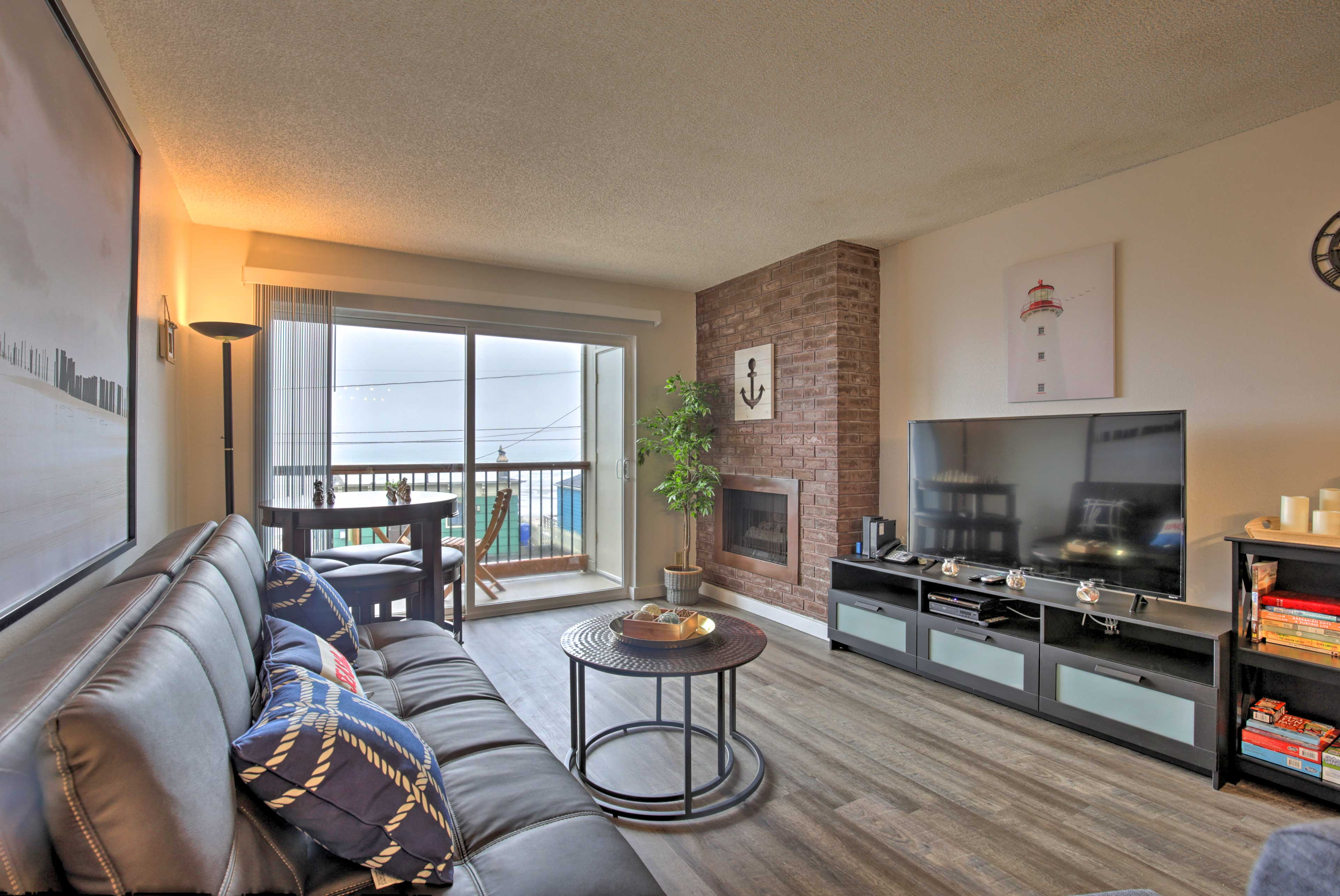 Enjoy ocean views & at-home comforts with this Lincoln City condo!