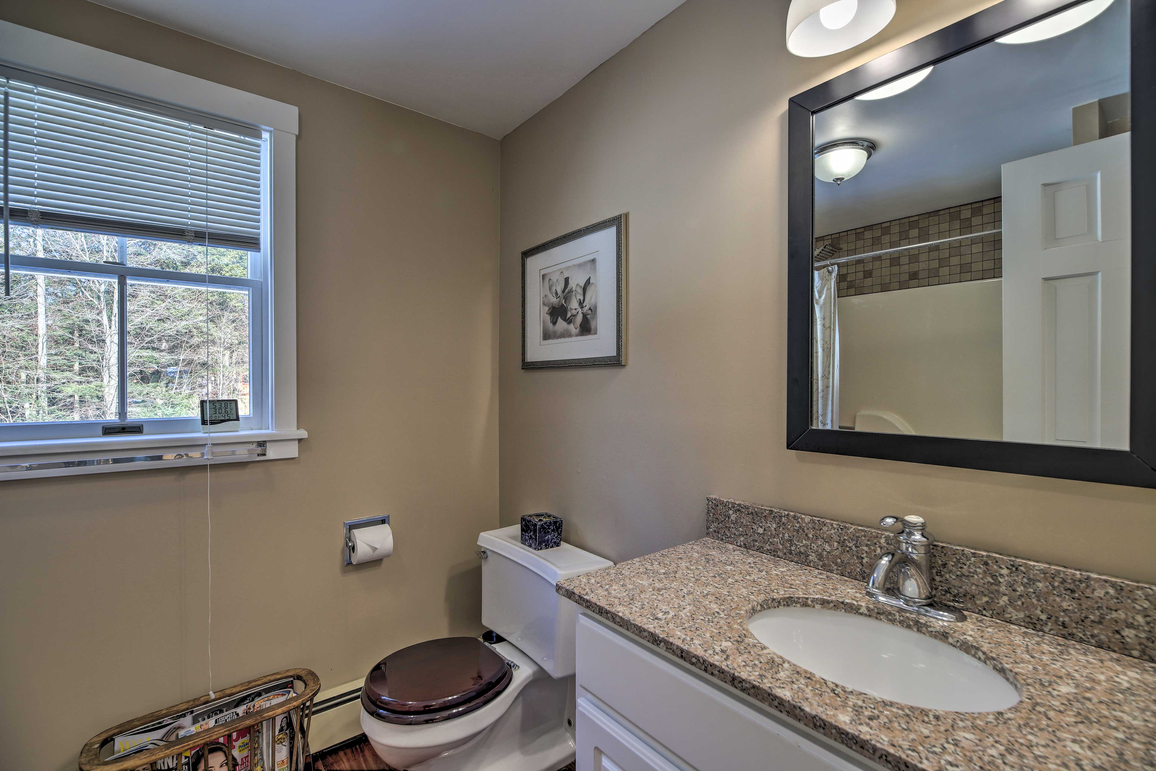 This full bathroom also hosts a shower/tub combo.
