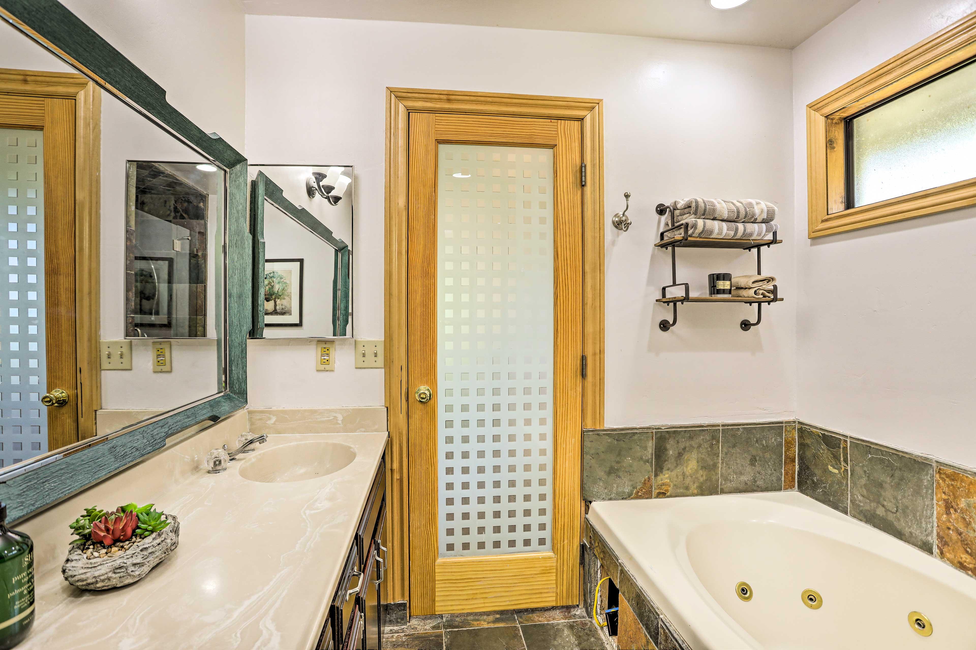 En-Suite Bathroom | Jetted Soaking Tub