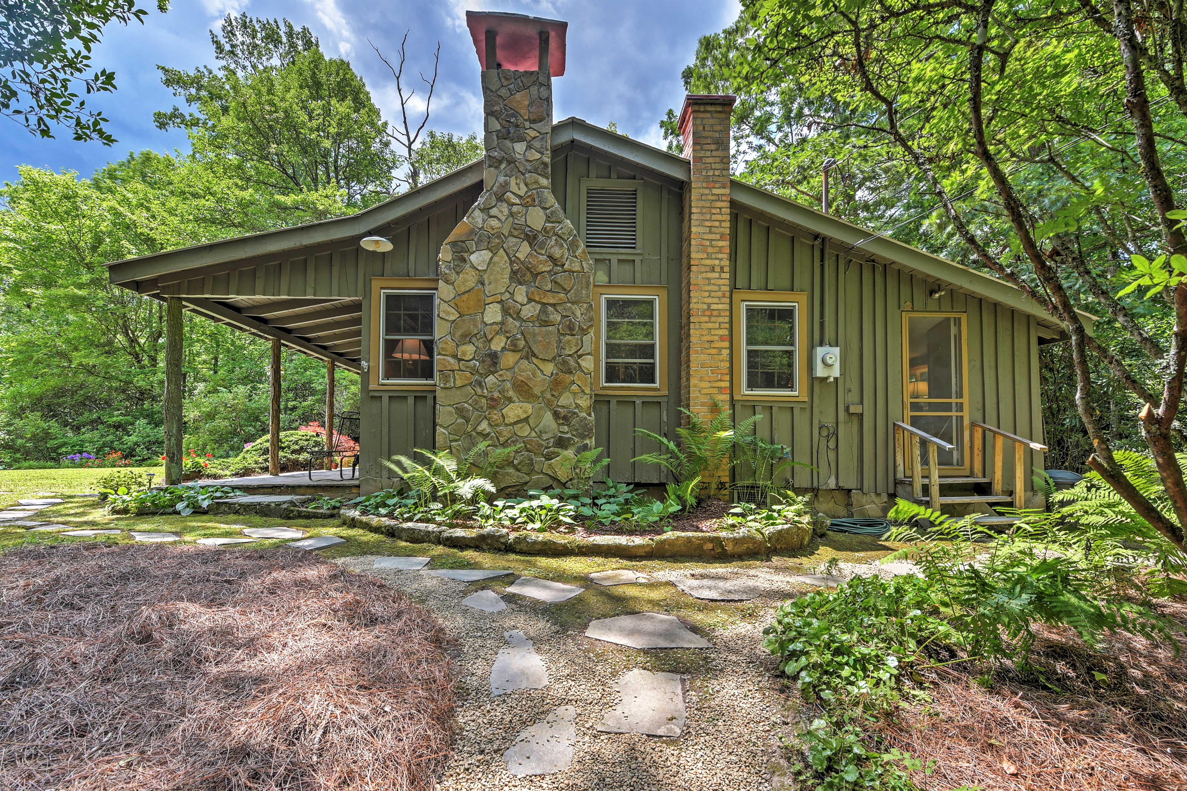 Fall in love with this beautiful Highlands vacation rental cottage!