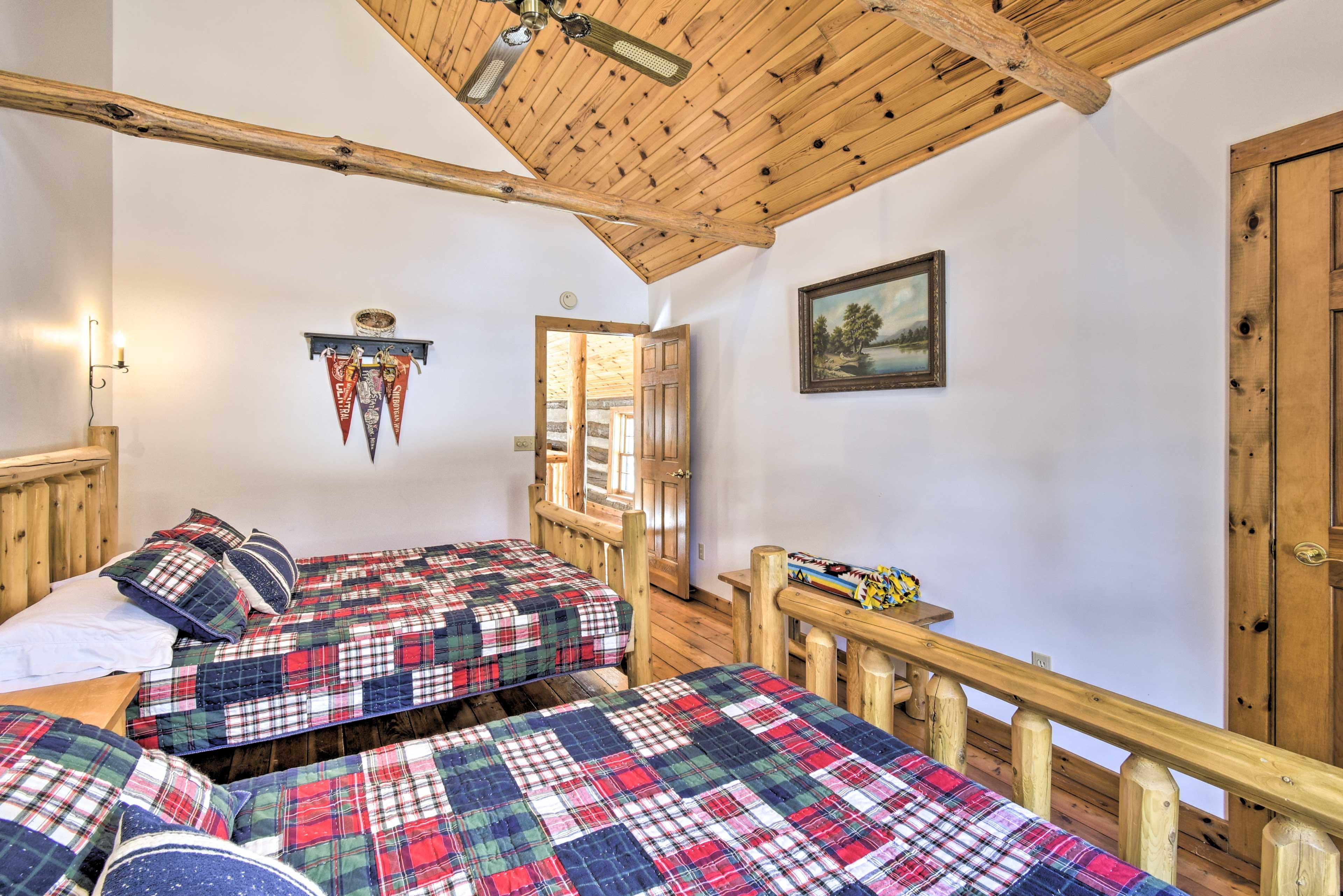 Bedroom 2: 2 queen beds, 1 twin trundle bed
