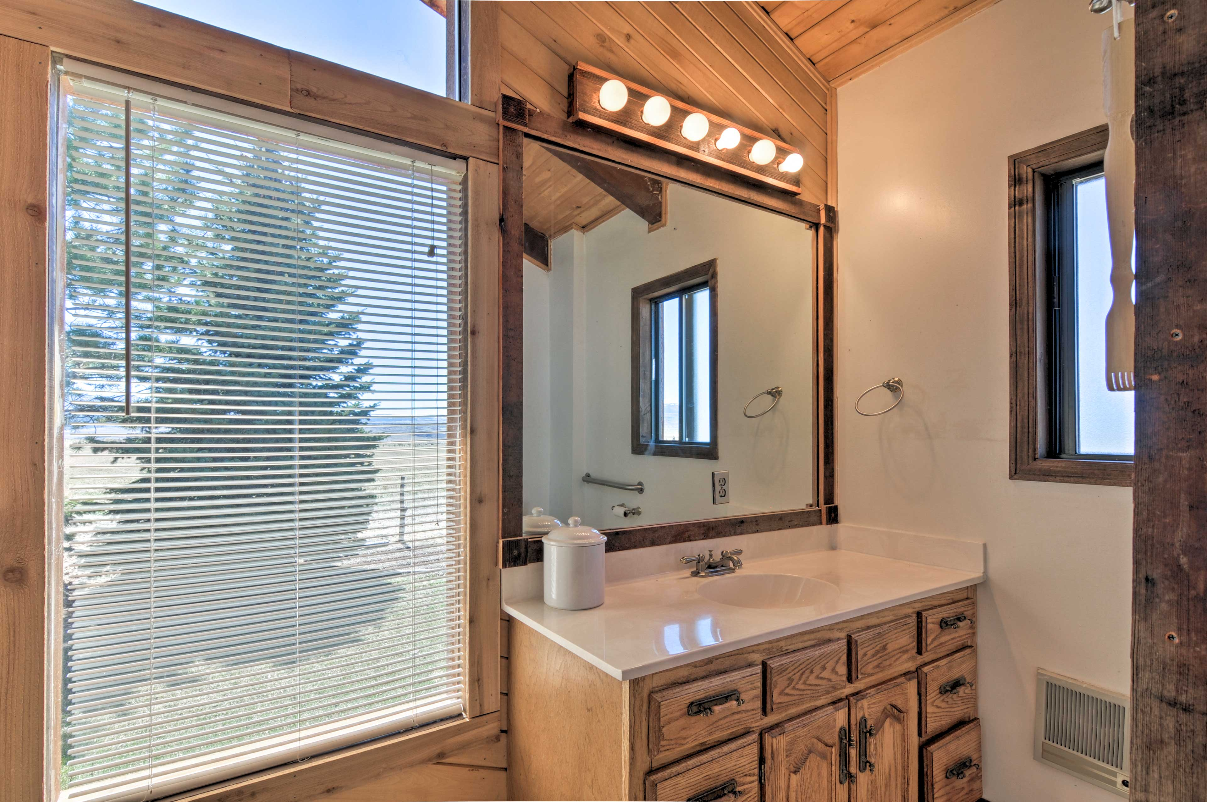 The master bedroom also offers an en-suite bath.