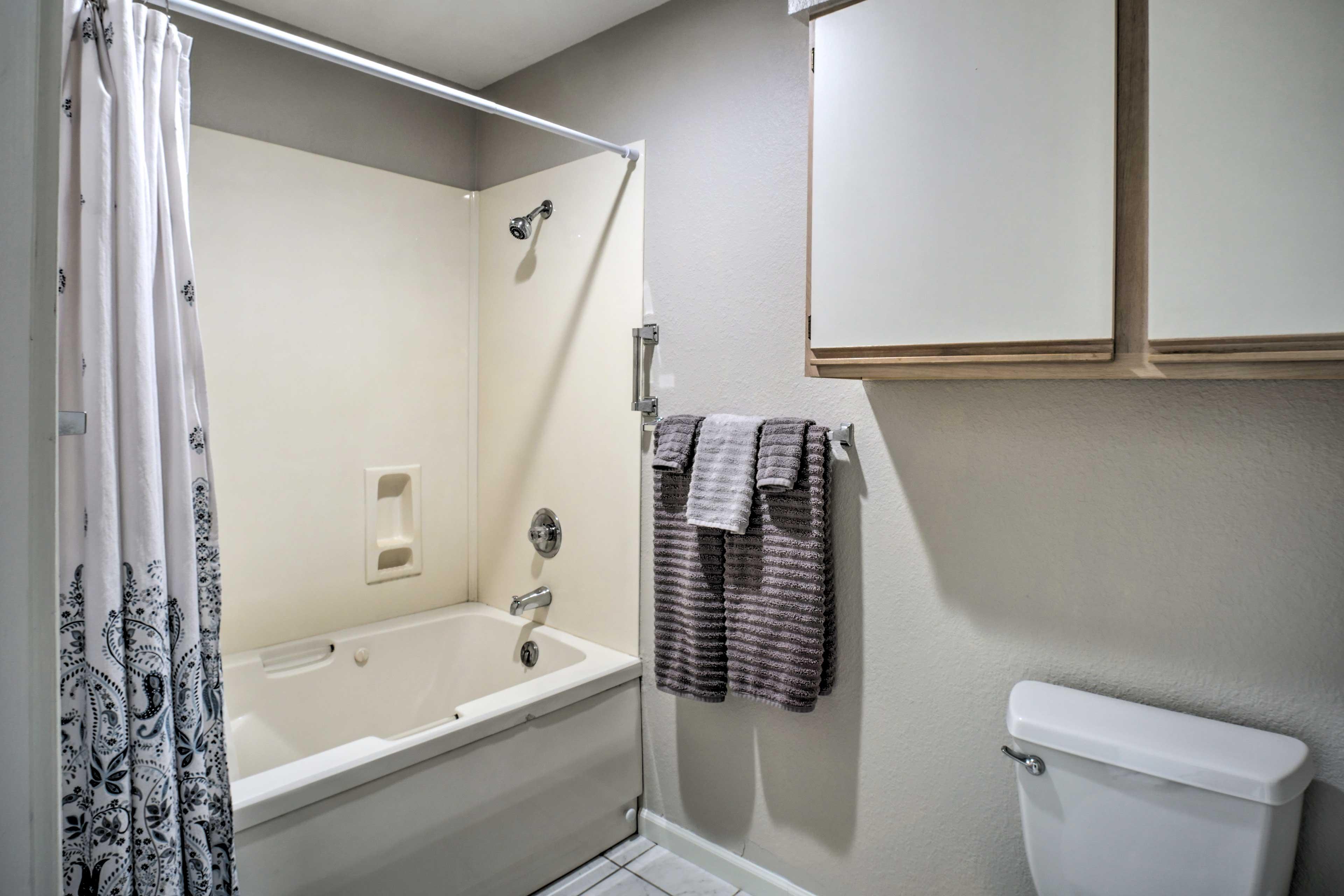 The en-suite offers a shower/tub combo.