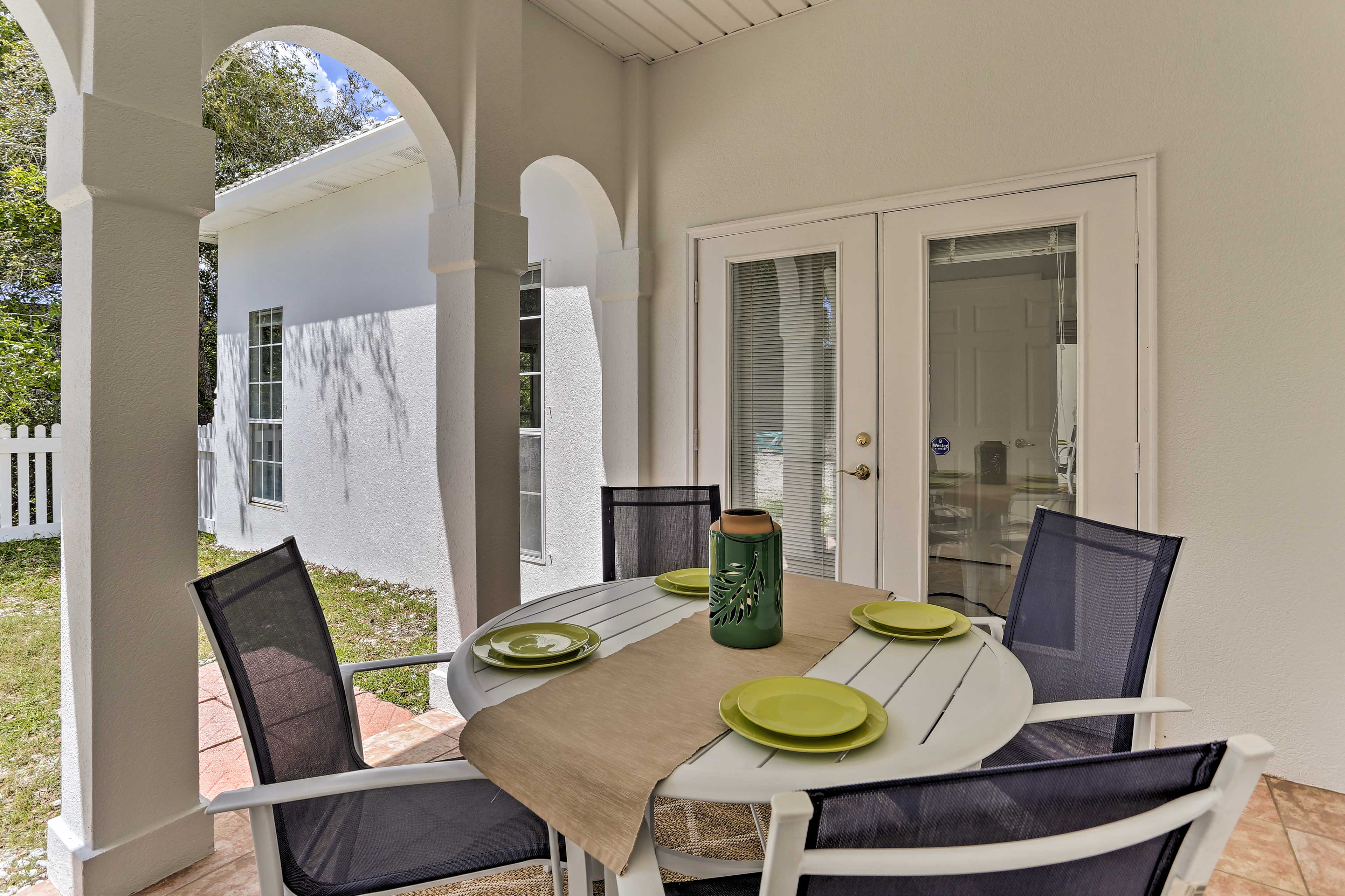 Host memorable family dinners out on the patio.
