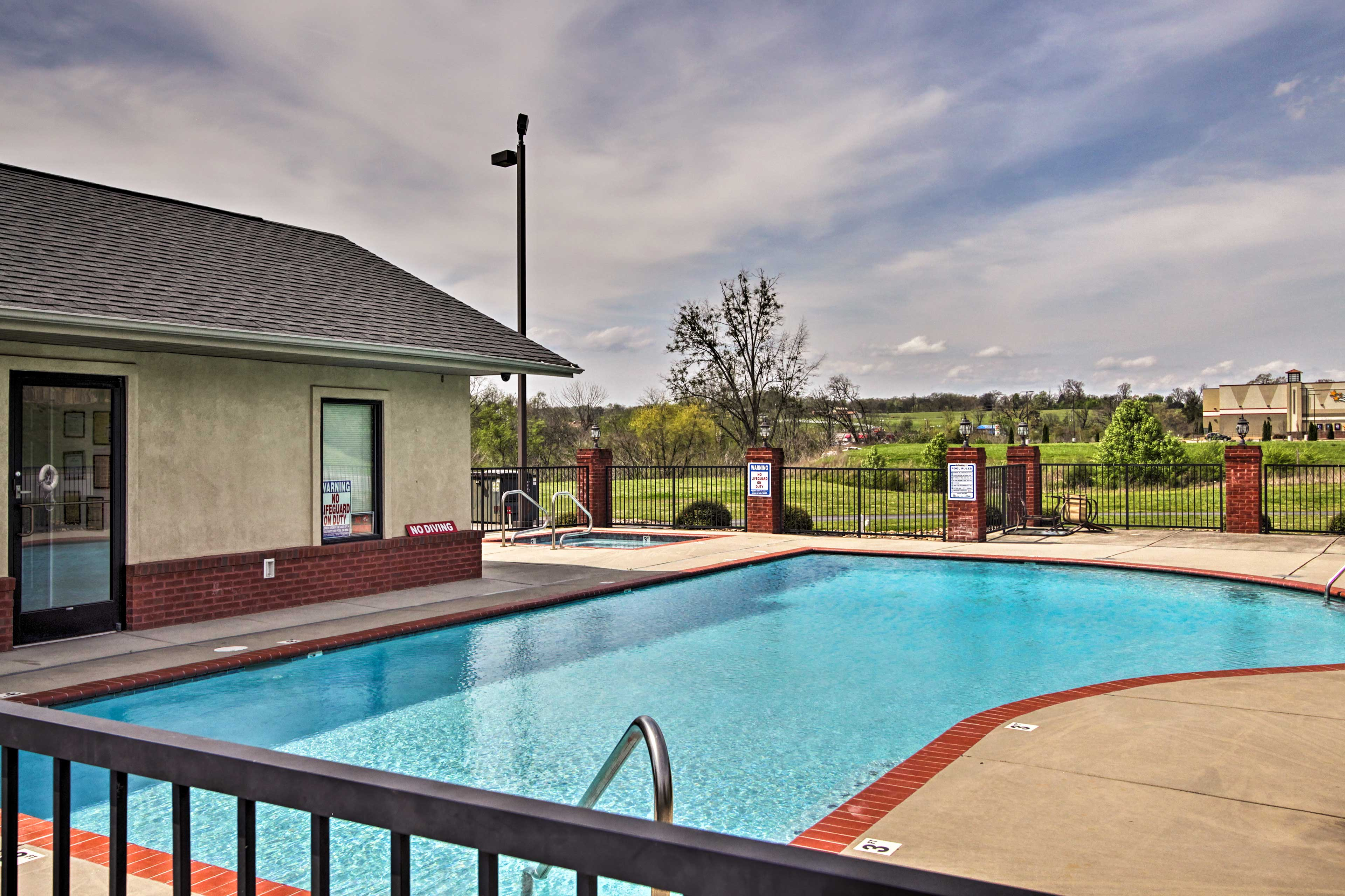 Community Amenities | Pool | Hot Tub | Open May - September