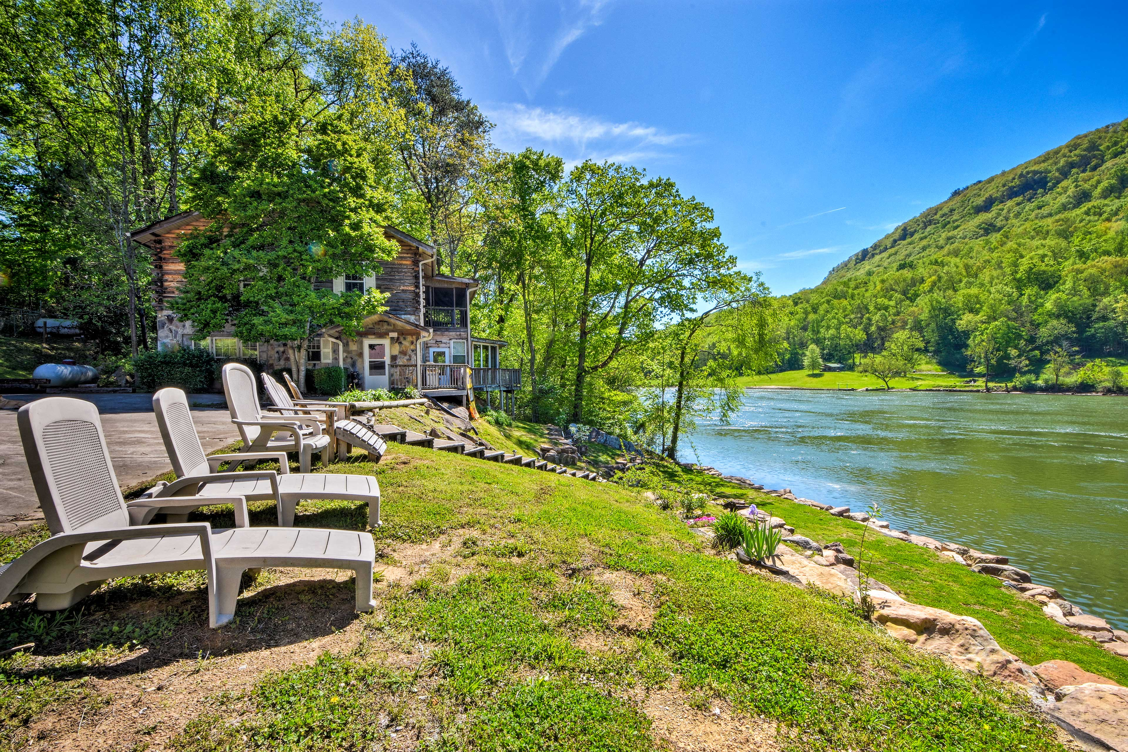 Gift yourself an unforgettable vacation at this grand Chattanooga cabin!