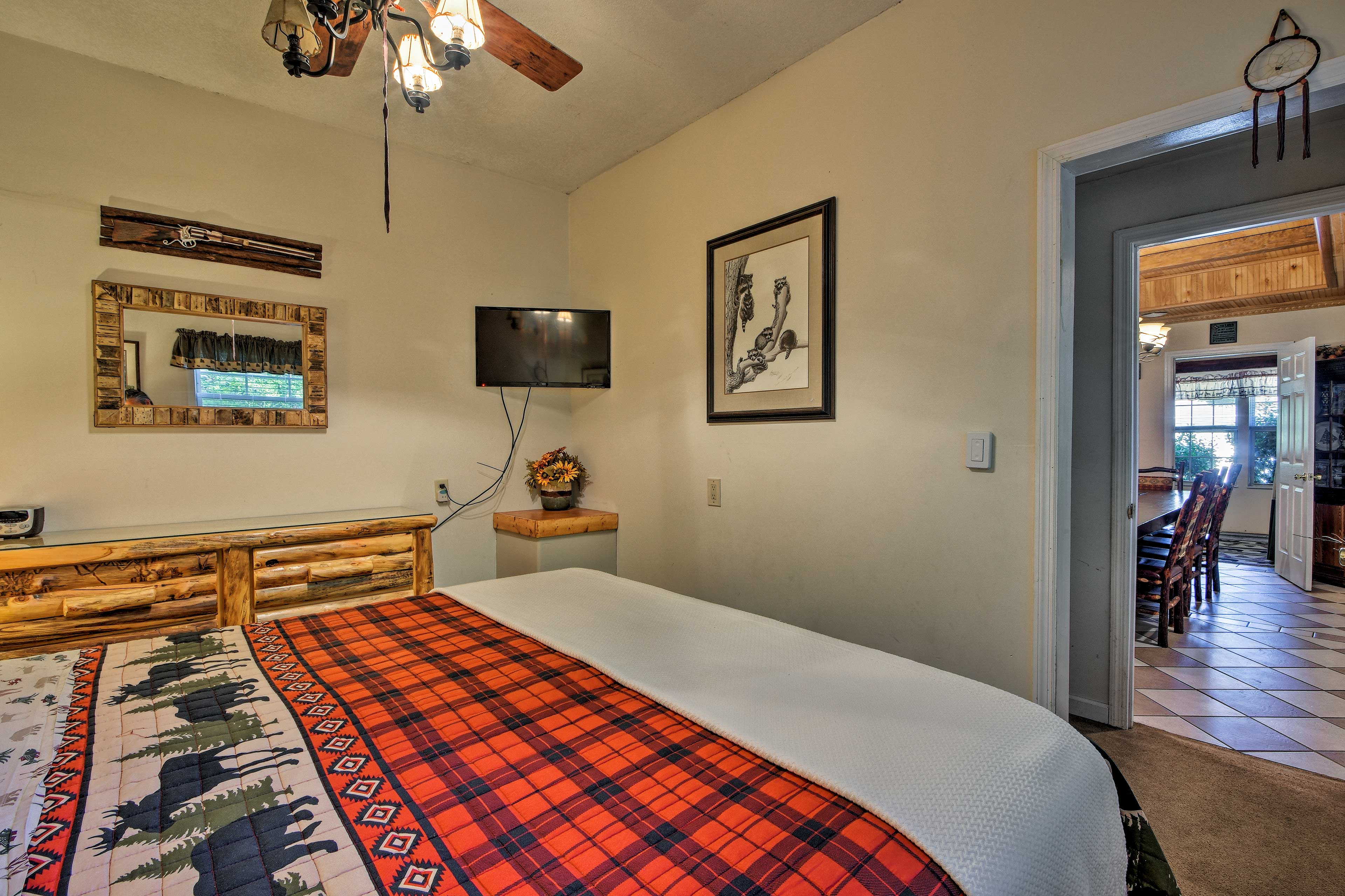 A ceiling fan and flat-screen TV are additional bedroom highlights.