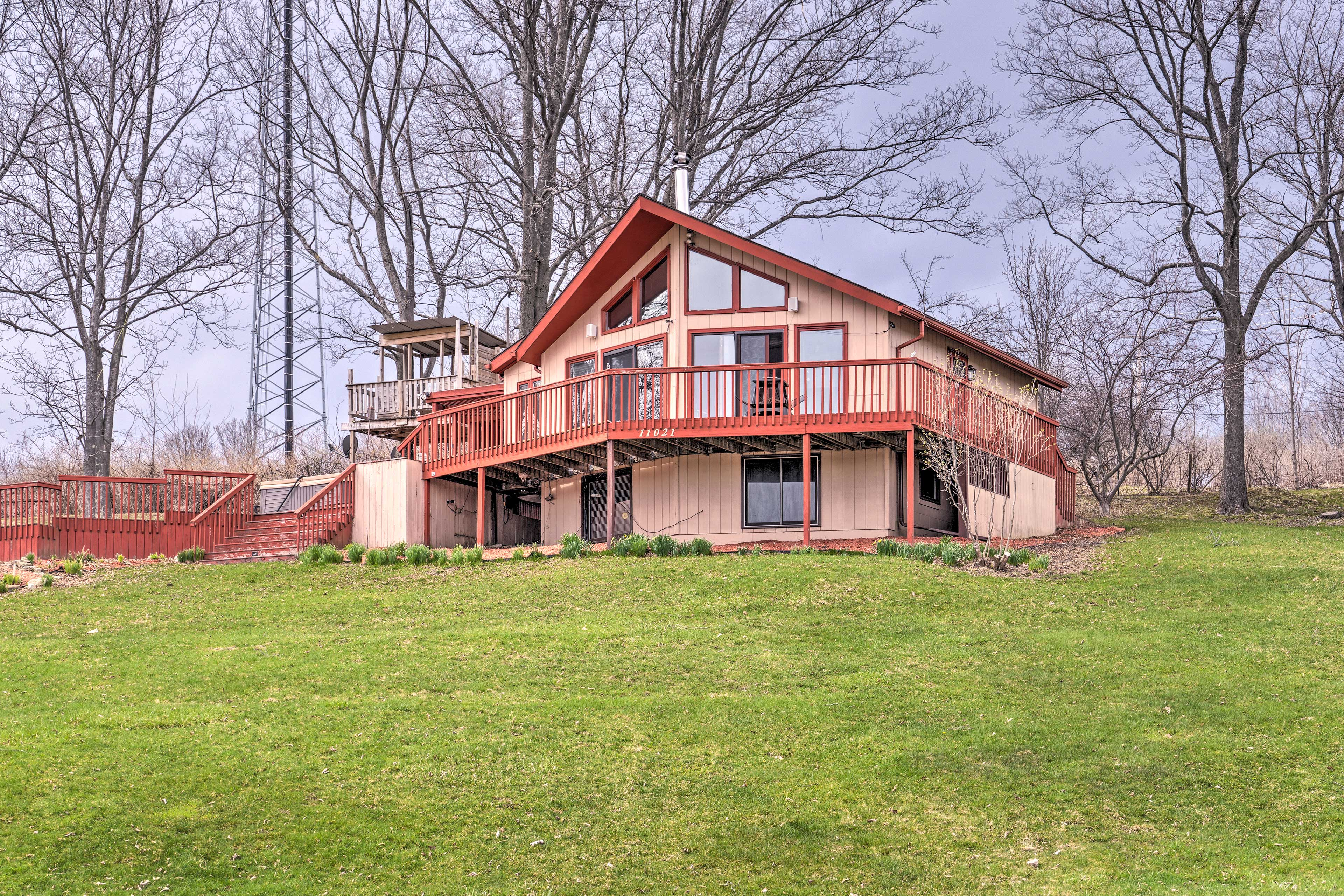This charming vacation rental for 5 is minutes from outdoor adventures.