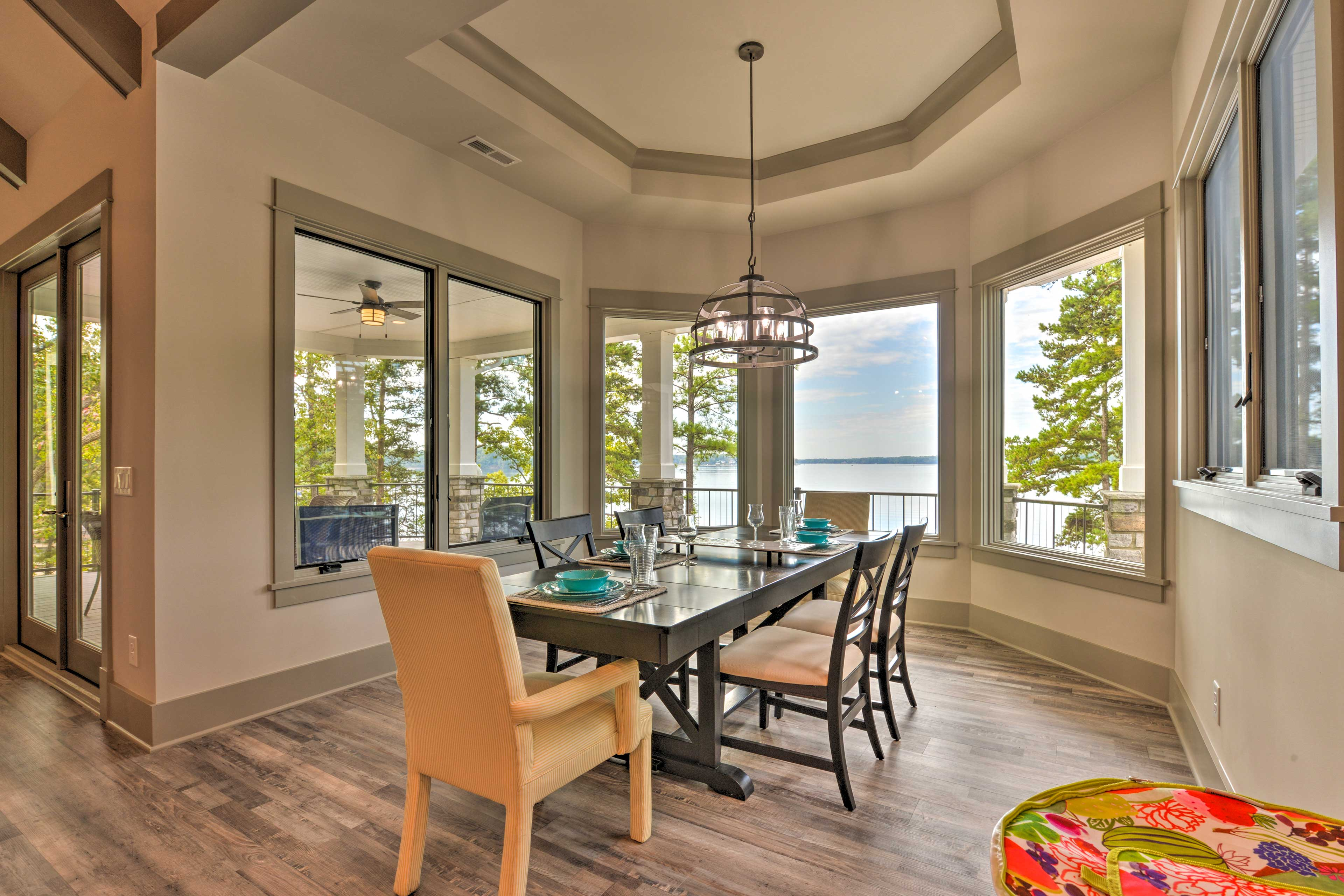 Gather around the 6-person dining table and admire the breathtaking views.