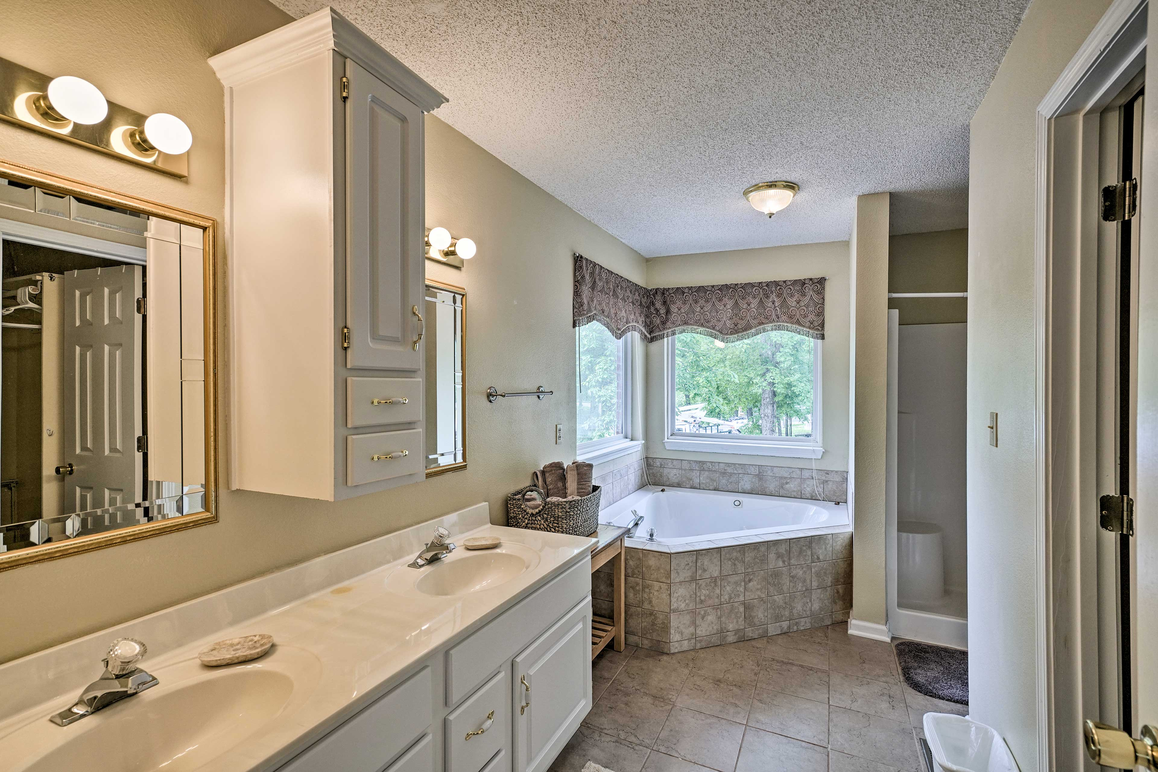 Oh snap! There's also a deep soaking tub and separate walk-in shower.