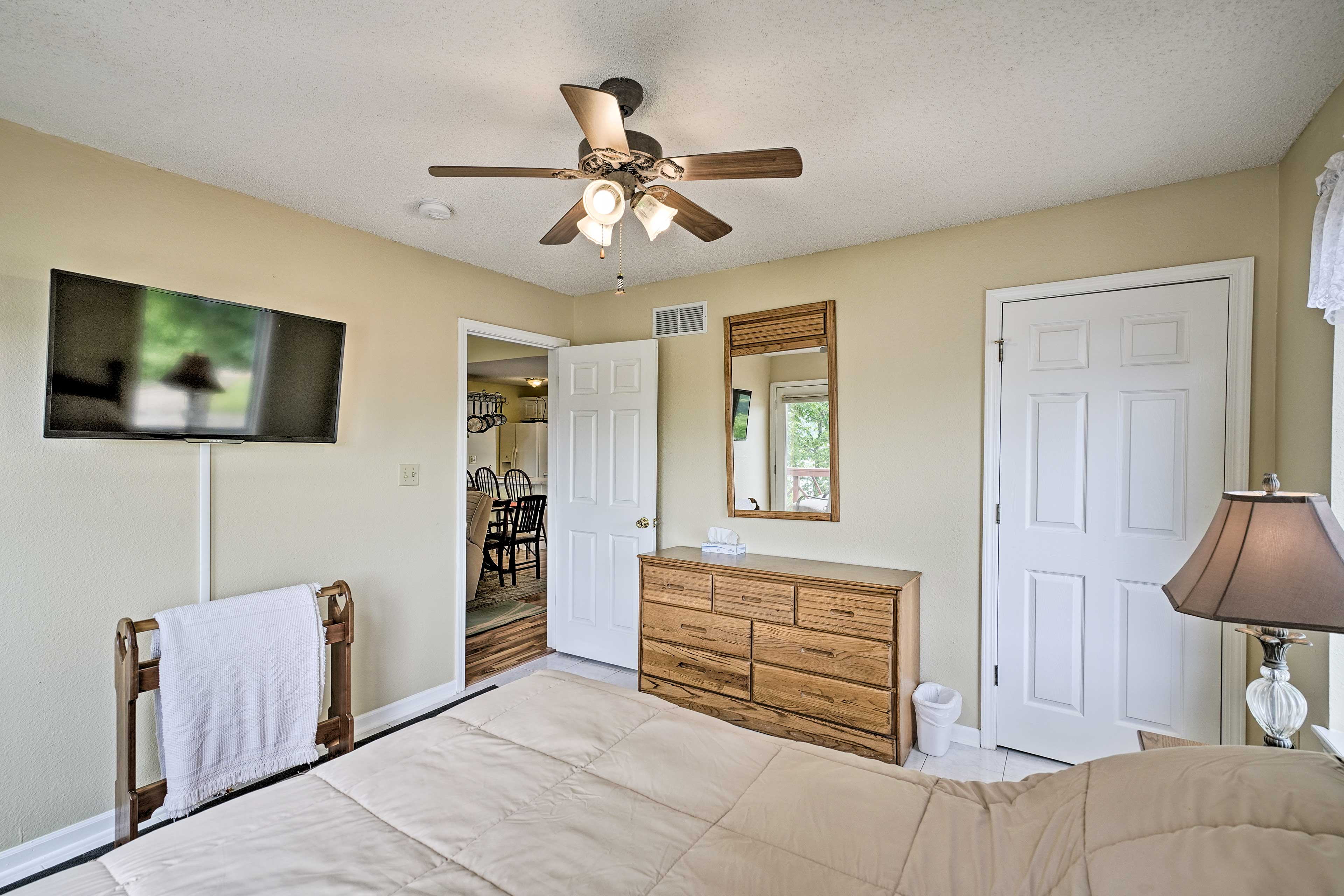 Additional highlights include a queen bed, ceiling fan, and flat-screen TV.