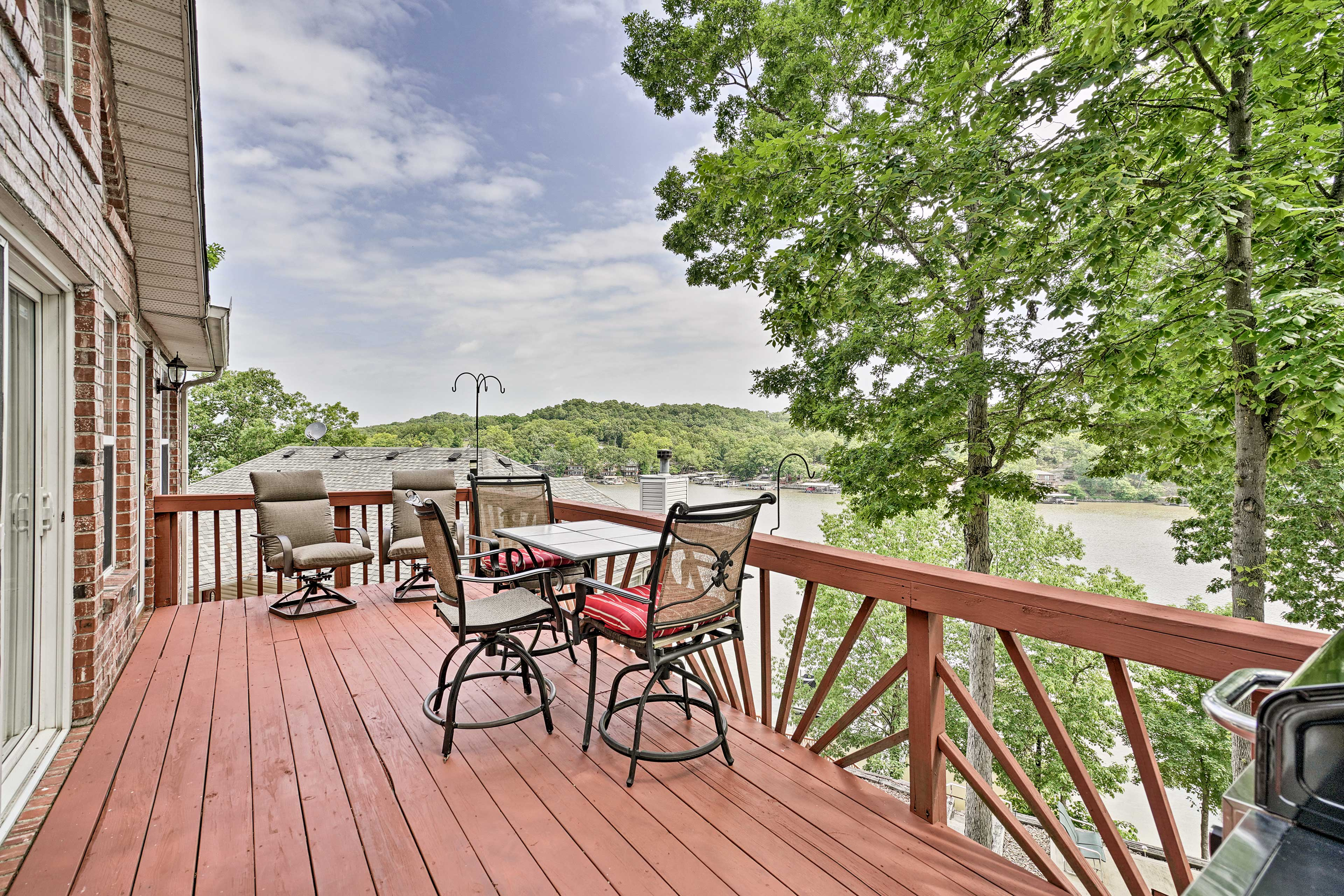 Kick off your vacation with a glass of champagne on the furnished deck.