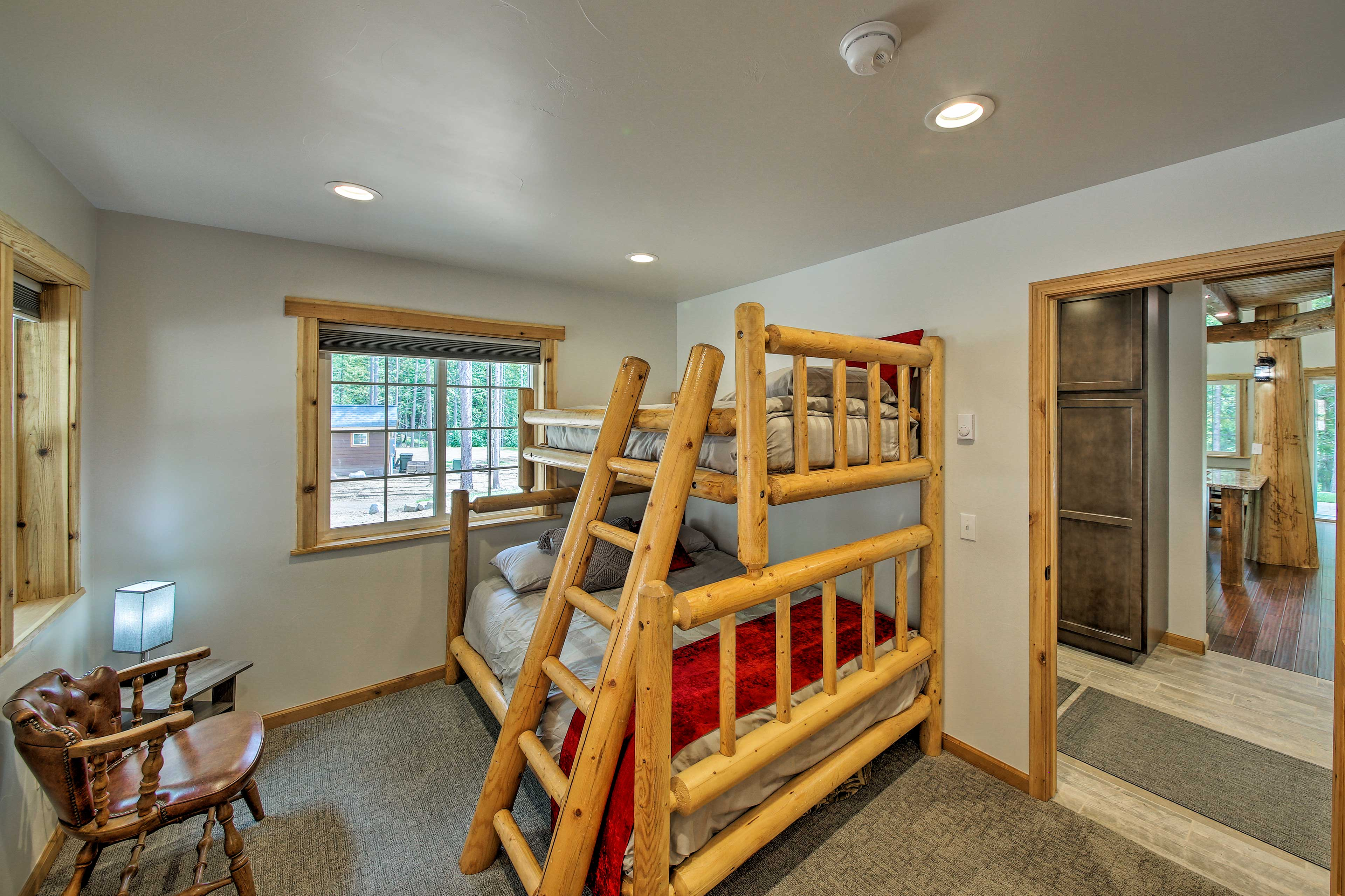 The twin/full bunk bed boasts an authentic log bedframe.
