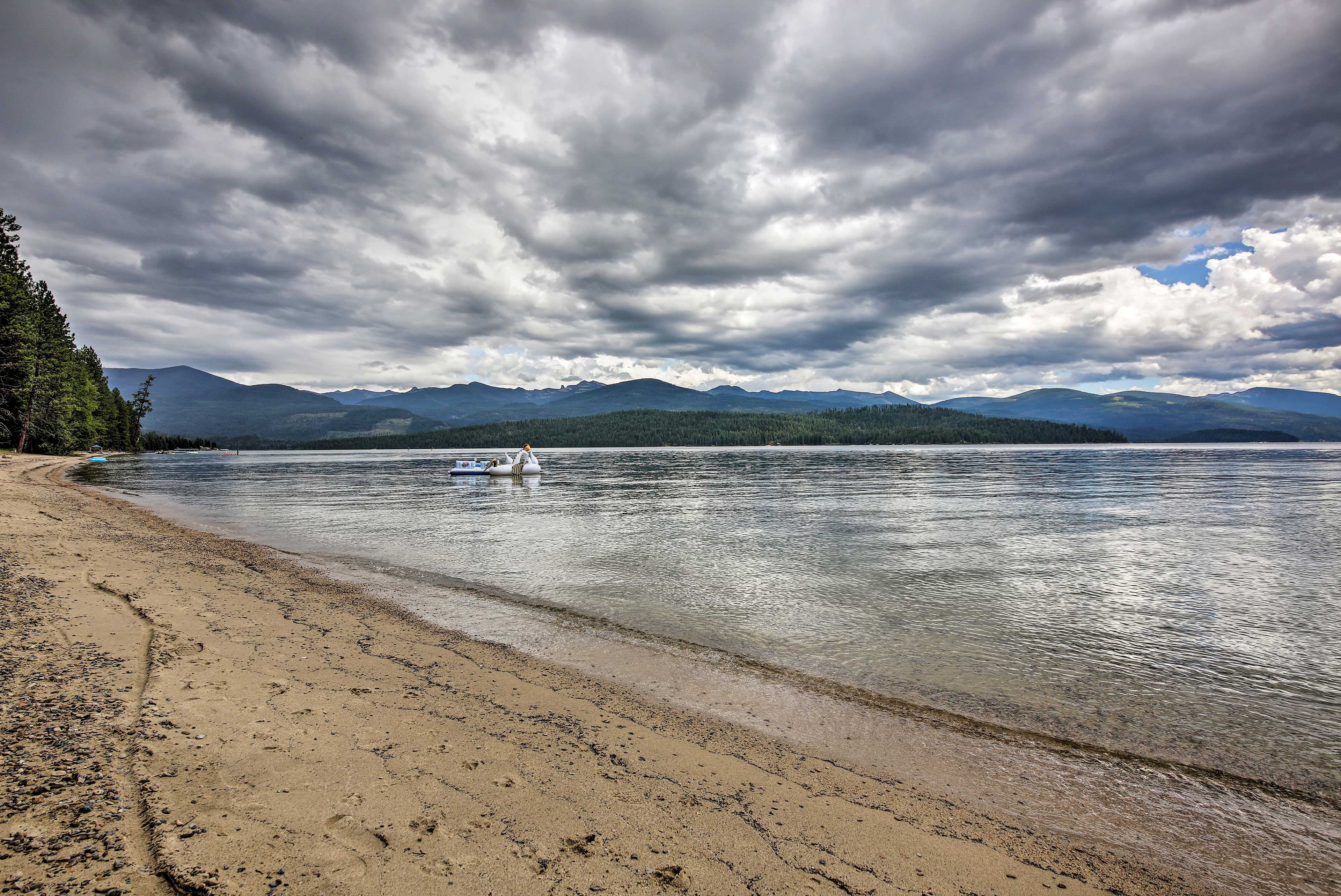 An unforgettable lake vacation awaits in Nordman, Idaho!