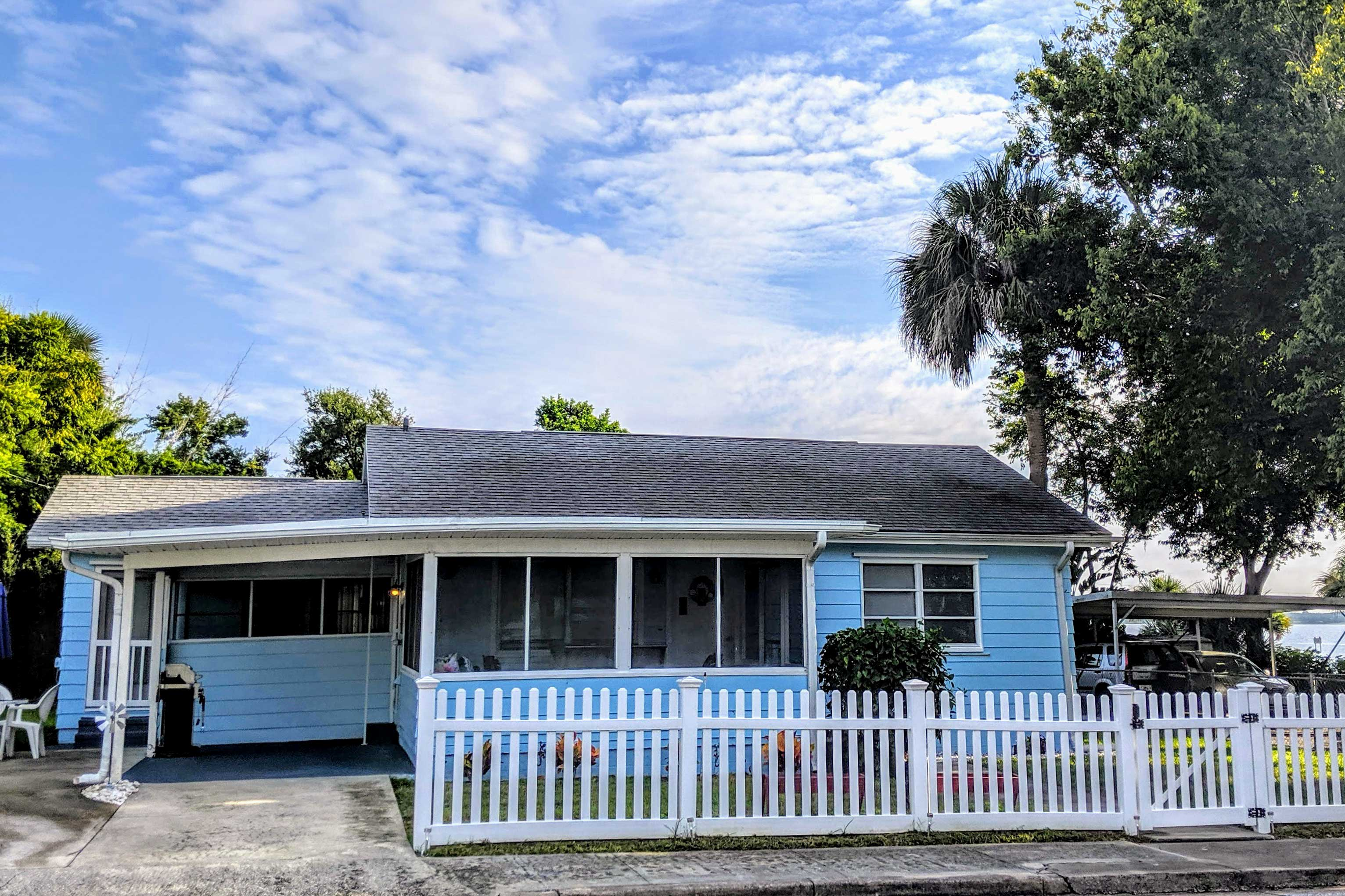 This cozy Cocoa cottage is walking distance from the water!