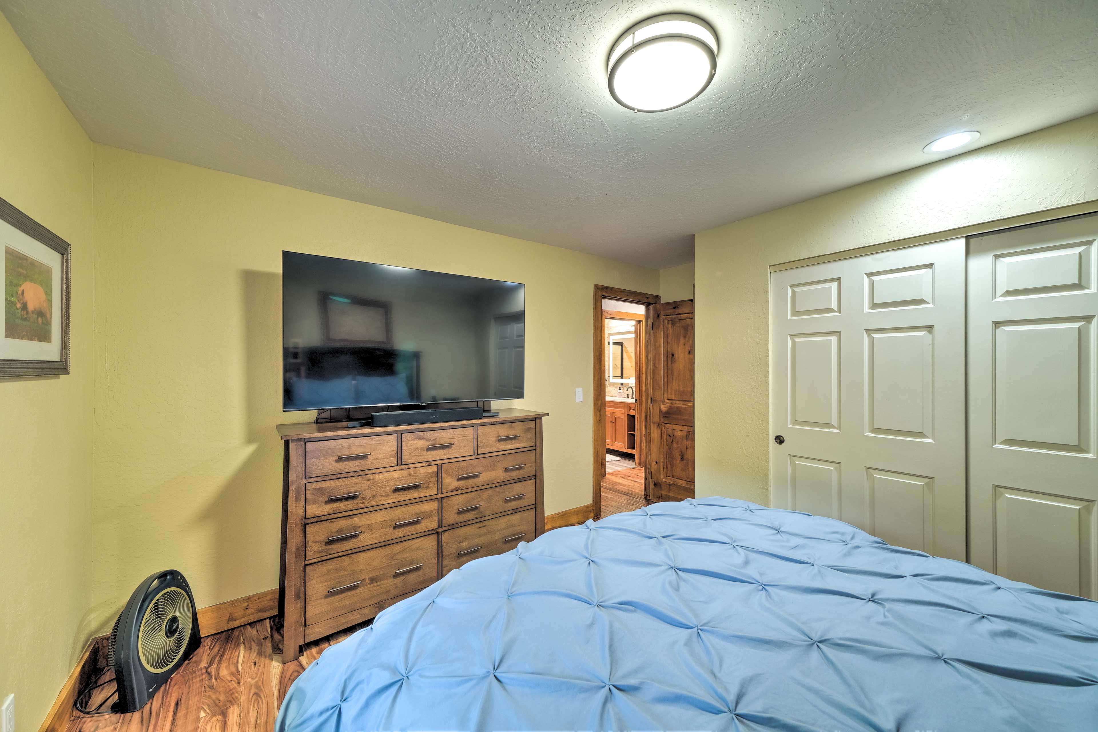 Bedroom 2   Smart TV w/ Cable