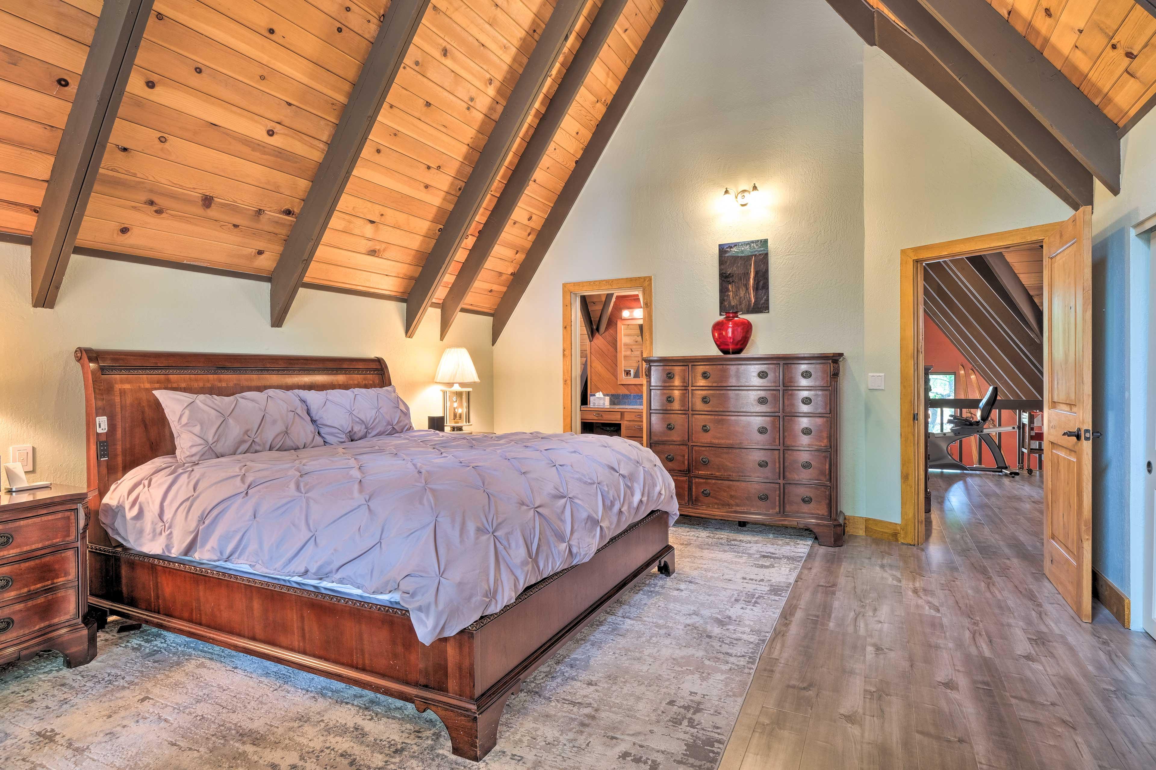 Bedroom 1   California King Bed   Linens Provided