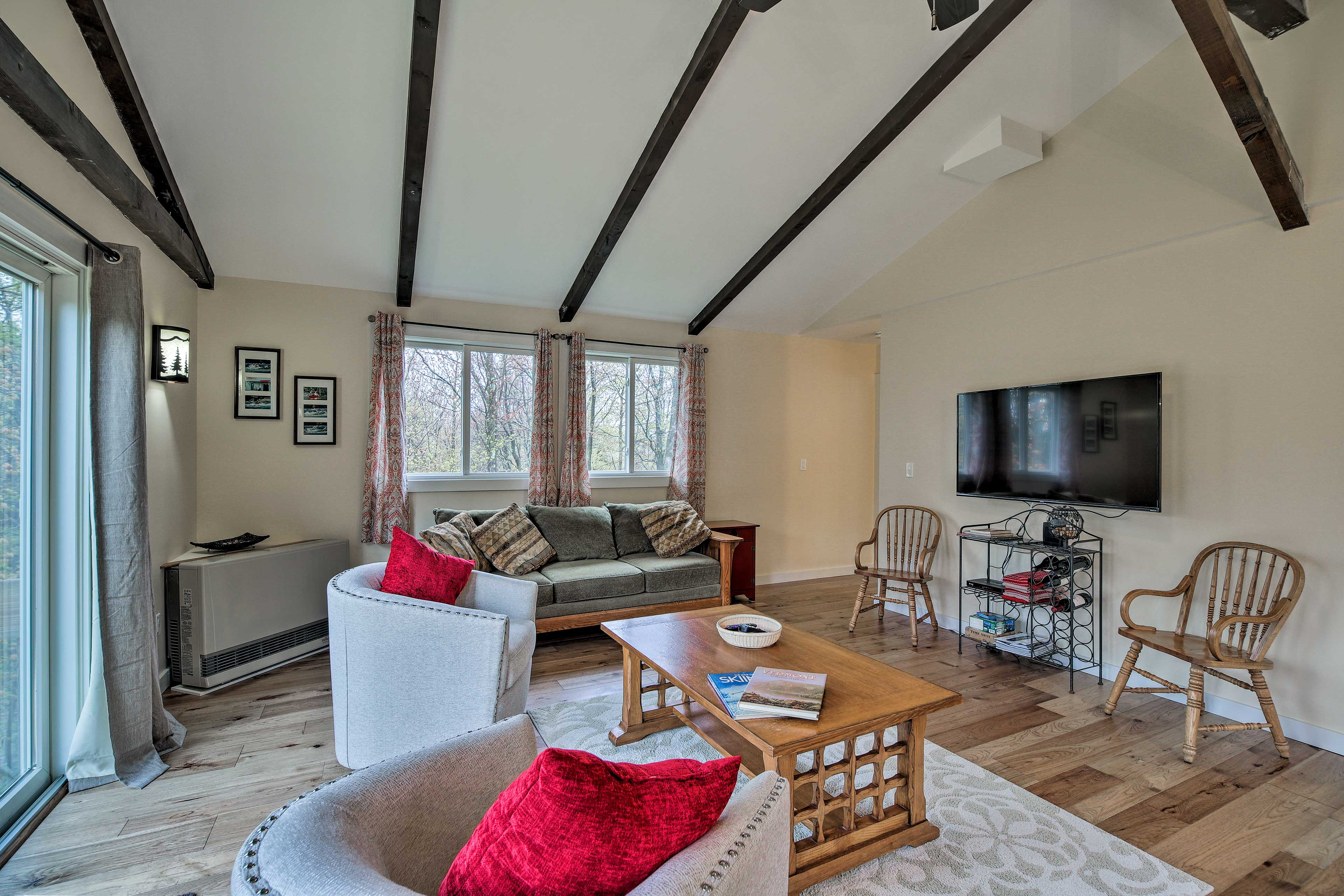 Unwind in the living room after hiking or skiing and watch TV.