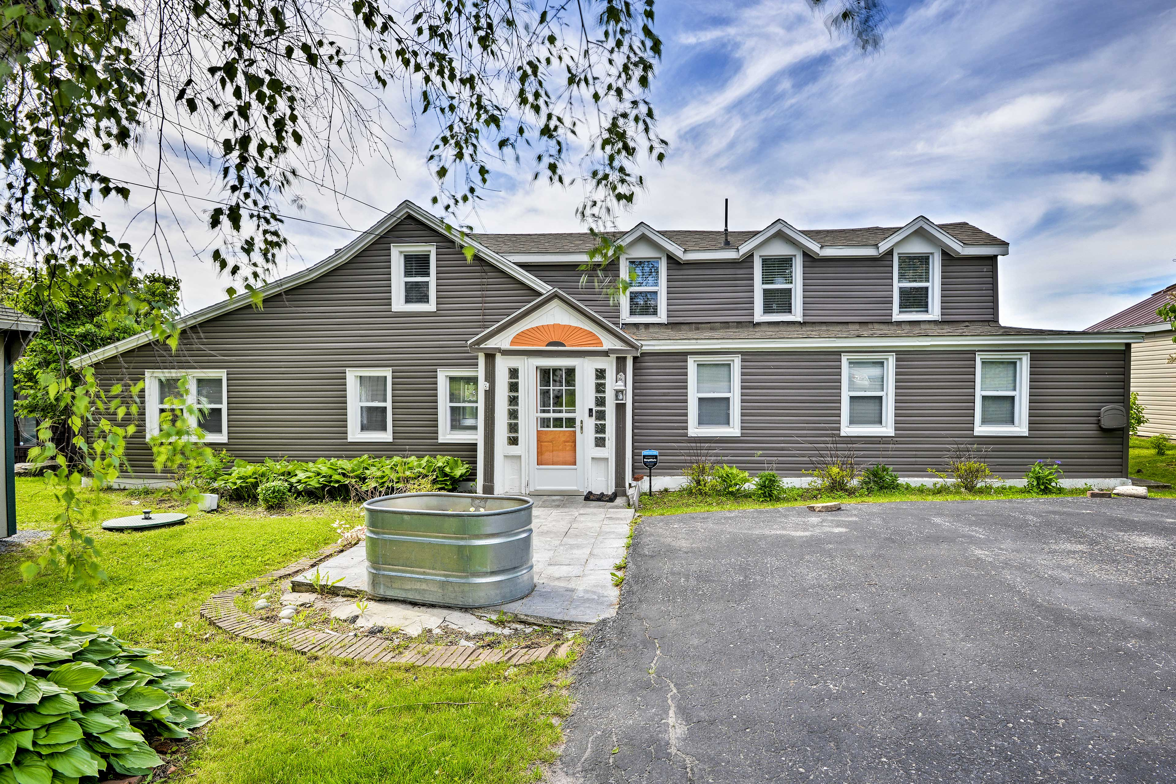 This vacation rental offers 4 bedrooms and 2.5 bathrooms.