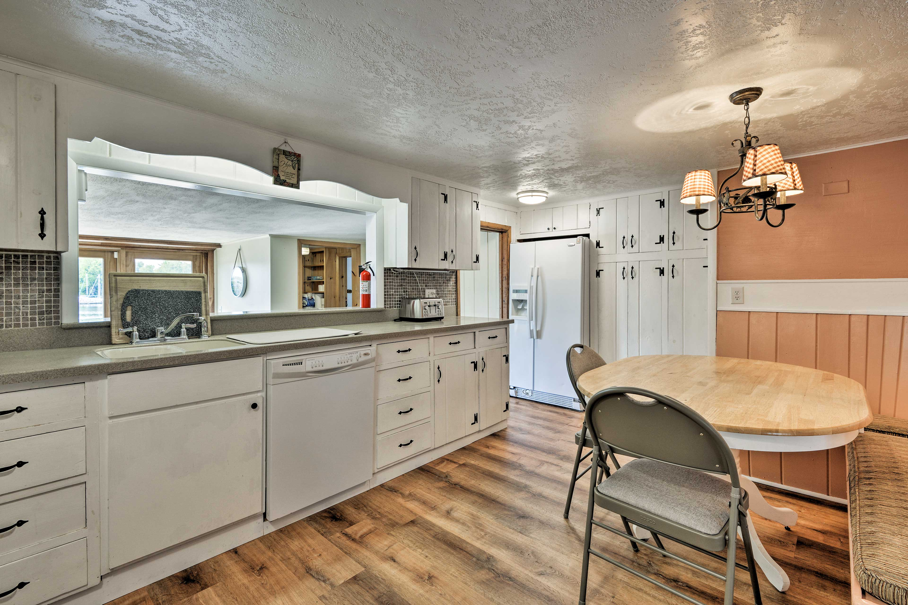 There's no need to eat out when you have this kitchen!