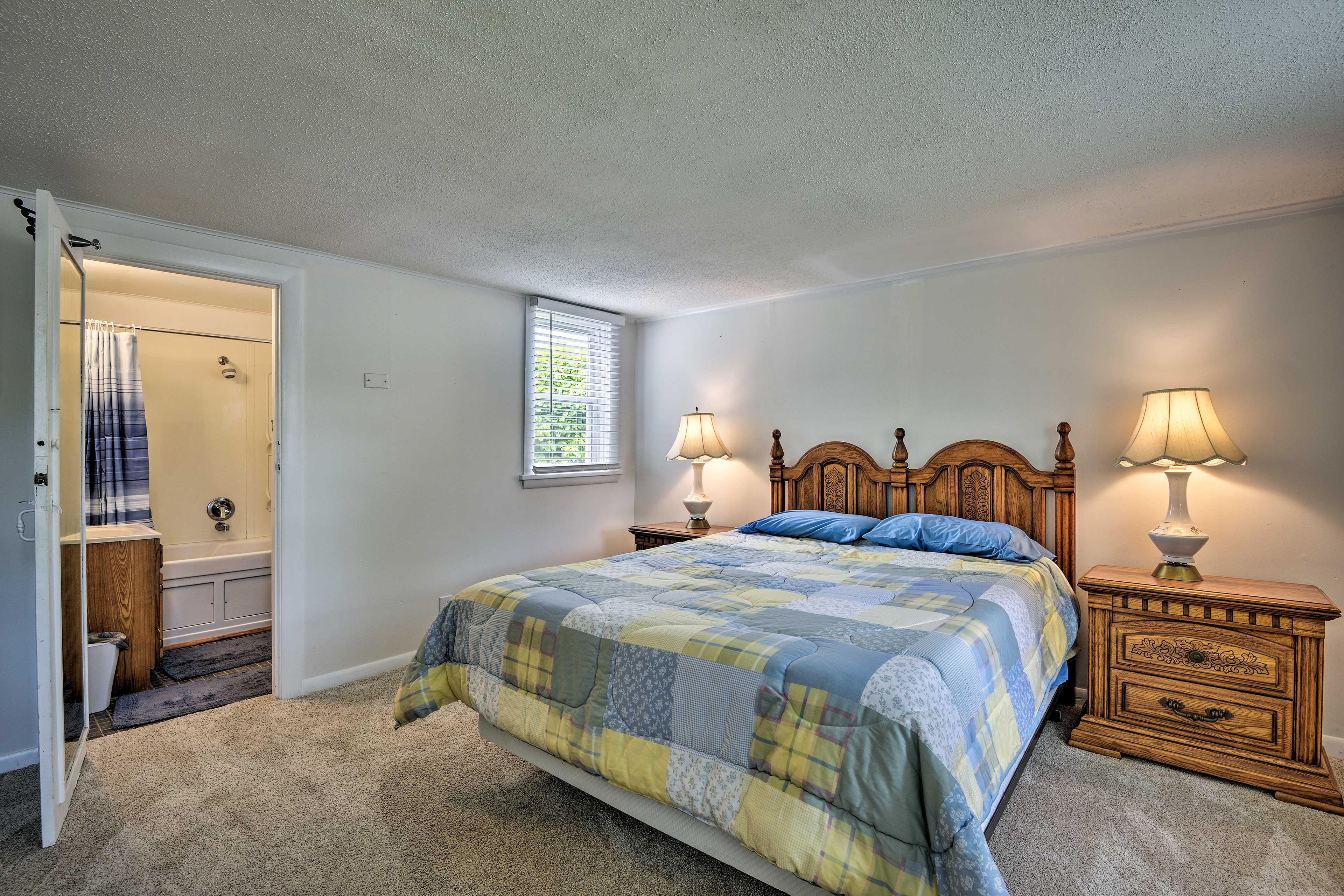 This room also has an en-suite bath!