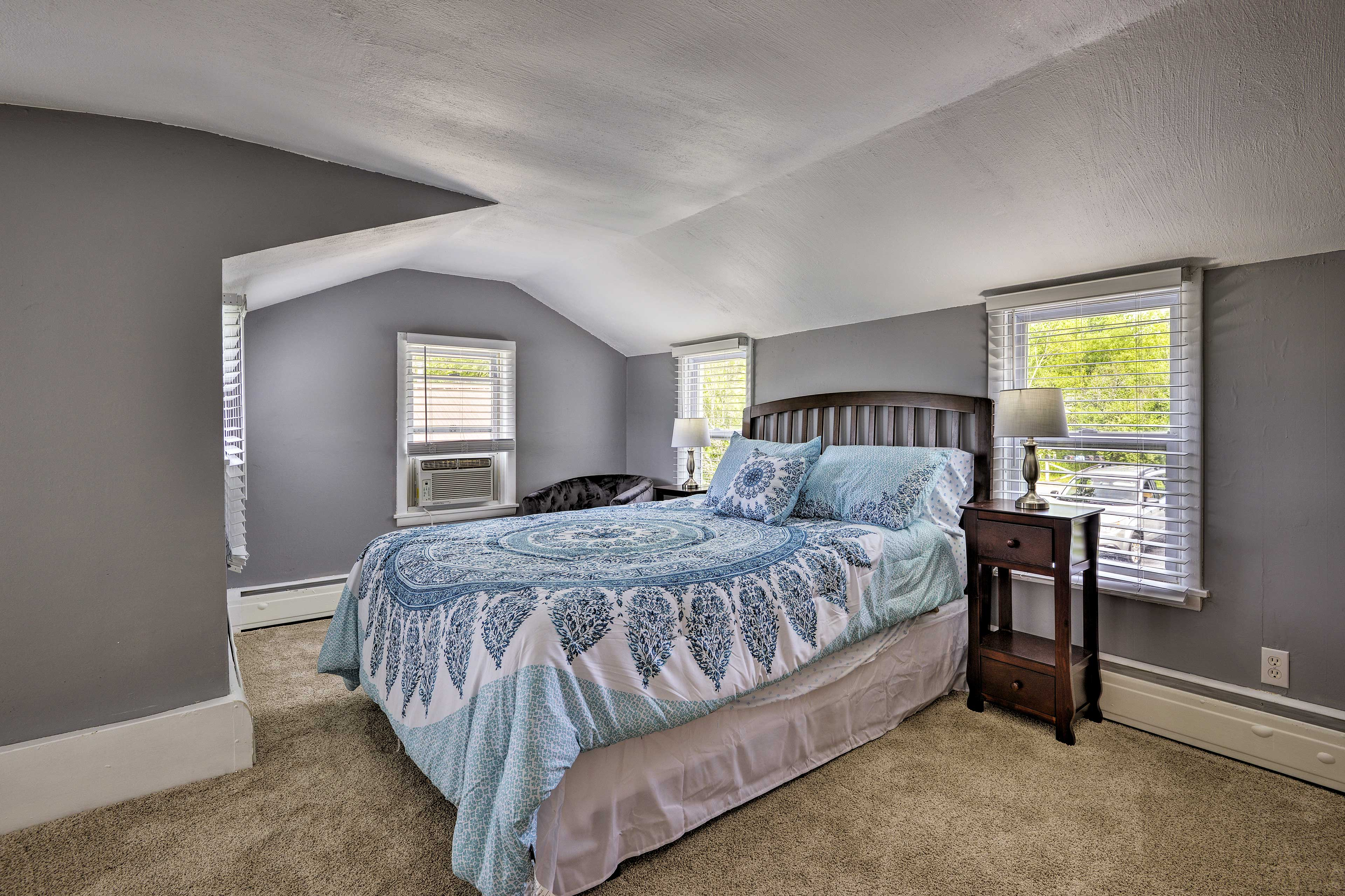 This room offers a queen bed.