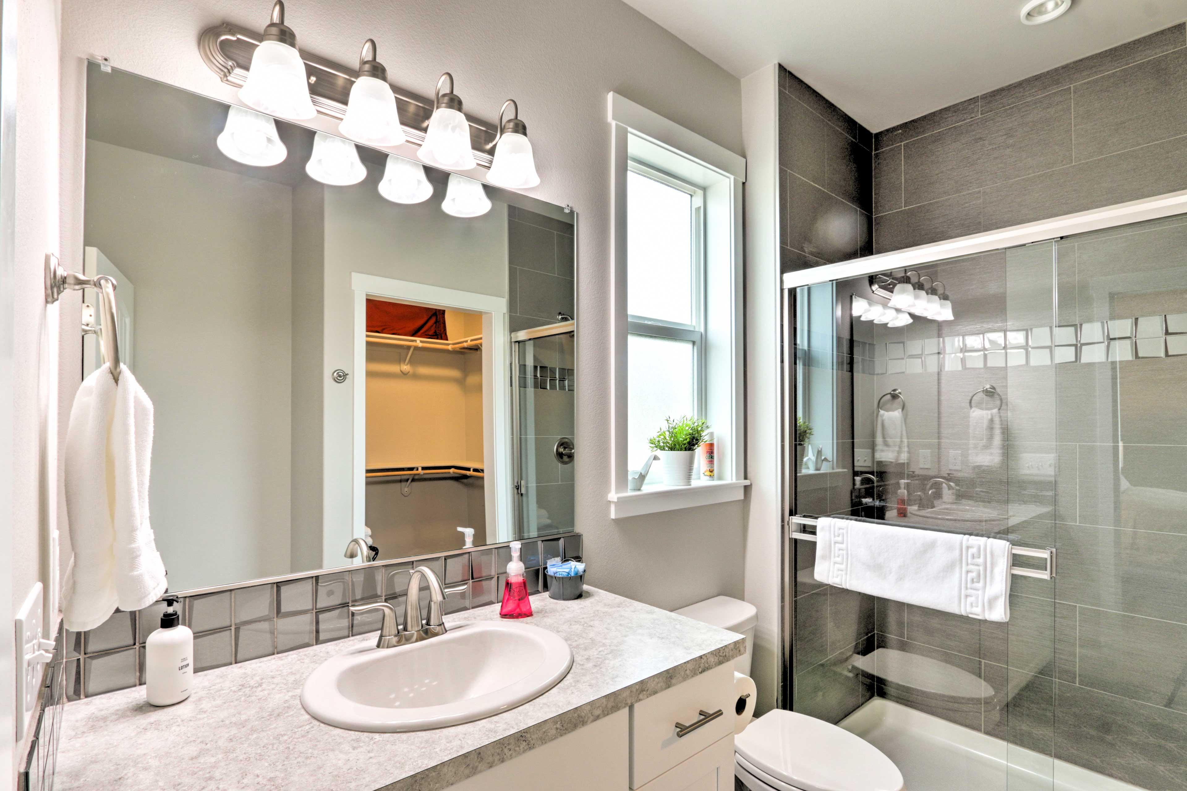 Full En-Suite Bathroom   Towels Provided   Walk-In Shower