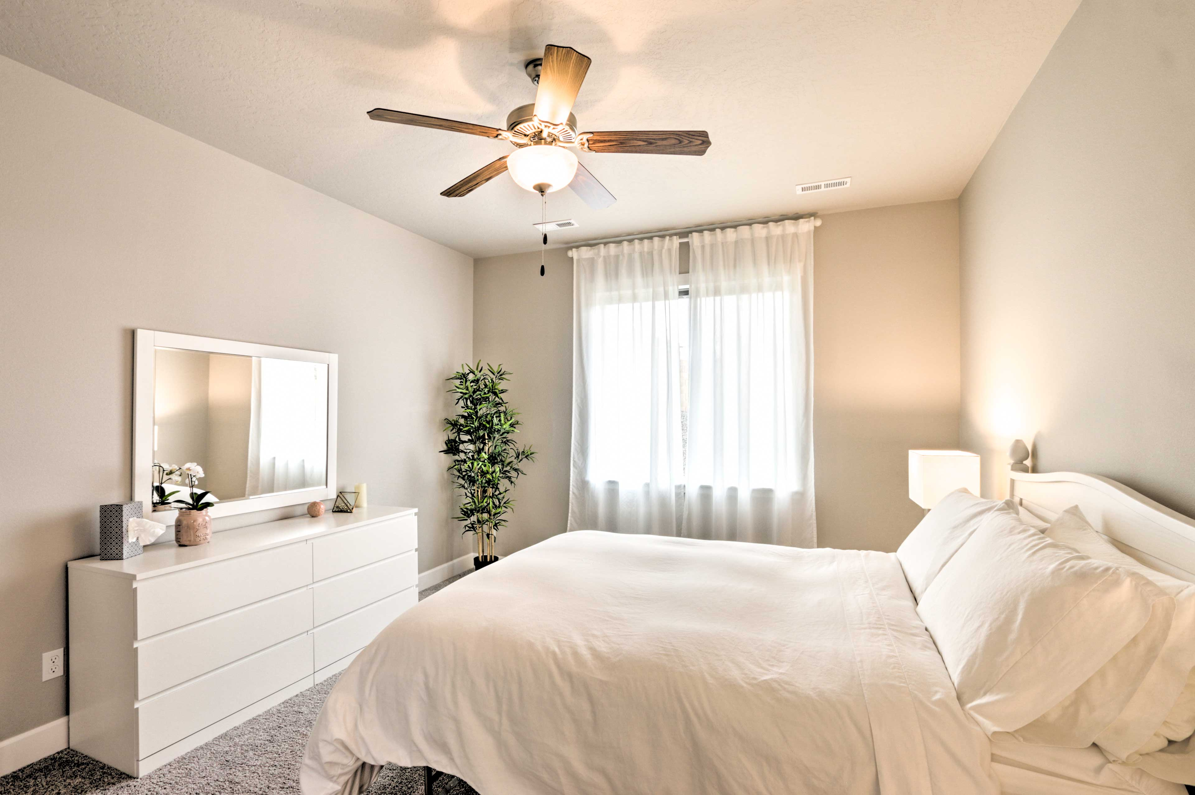 Master Bedroom   Queen Bed   Linens Provided