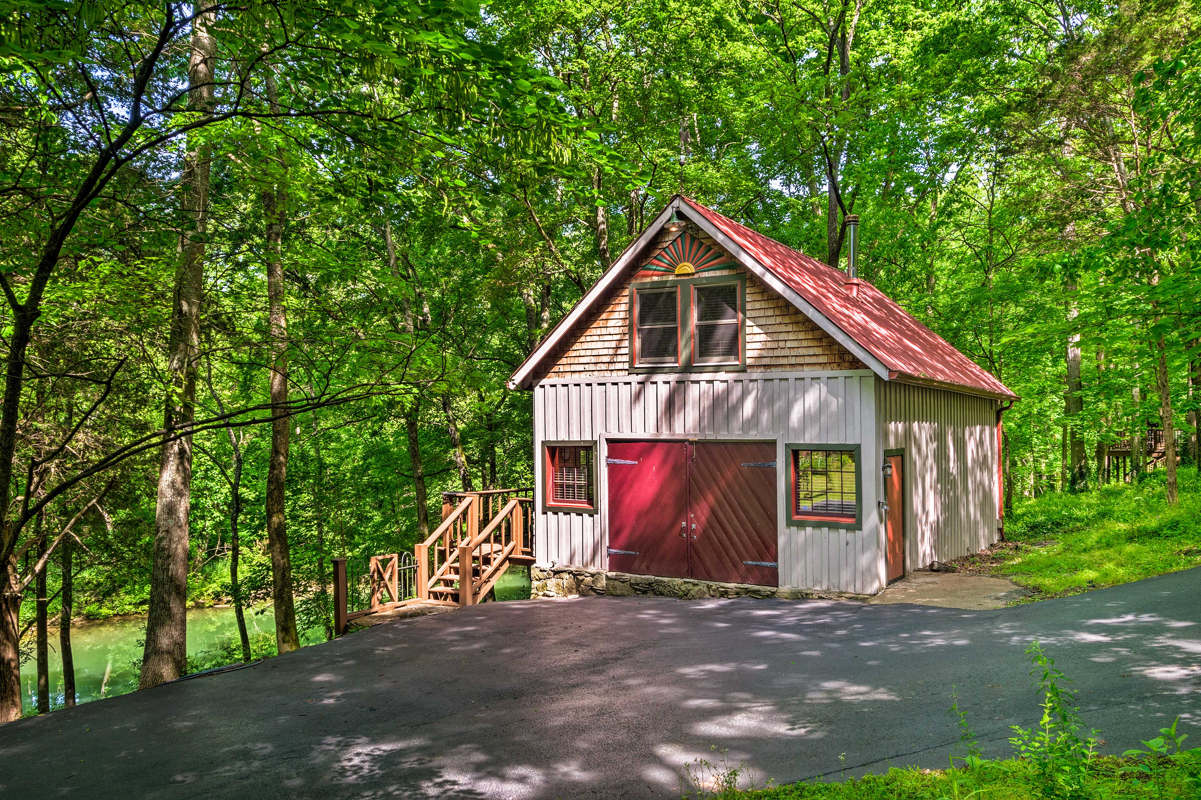 This quaint vacation rental cabin lies just outside of Bowling Green, KY!