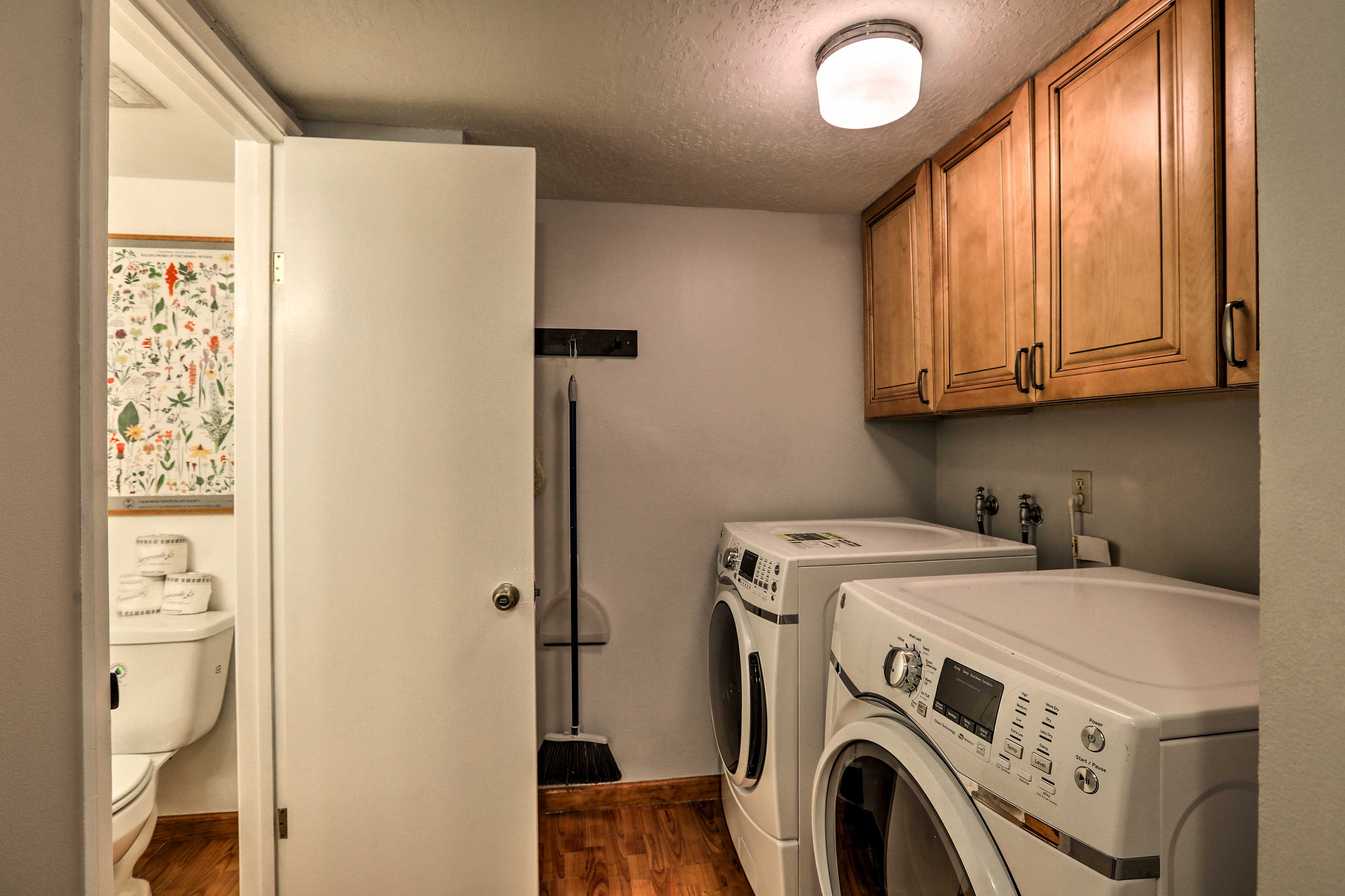 The half bathroom has laundry machines!