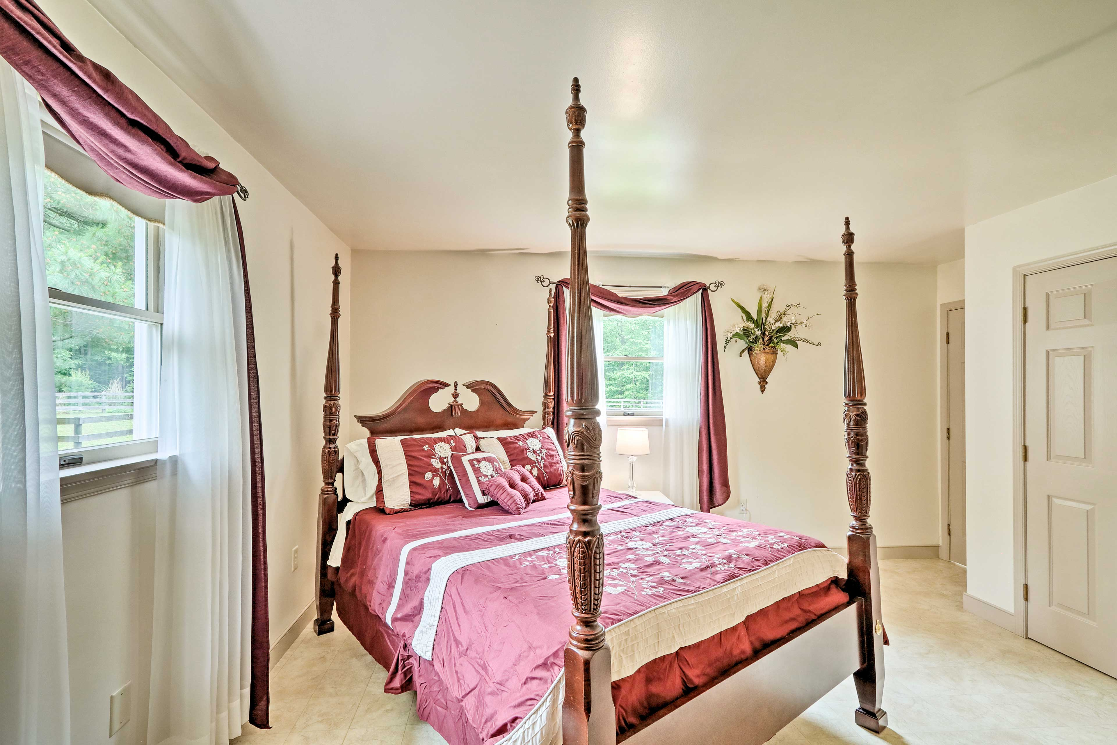 Claim this grand 4-poster queen bed as your own!