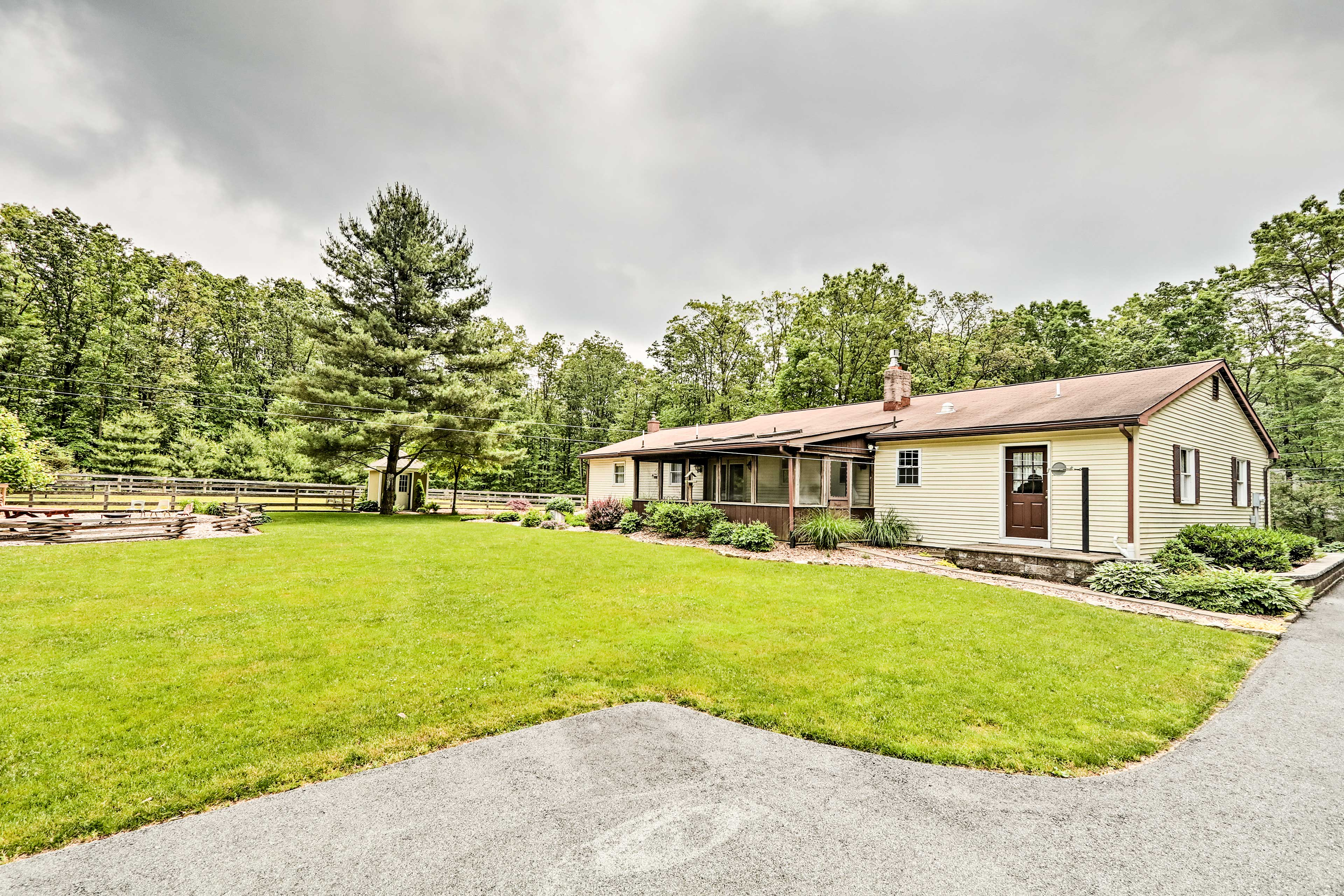 What are you waiting for? Discover Amish Country from the comofrt of this home.