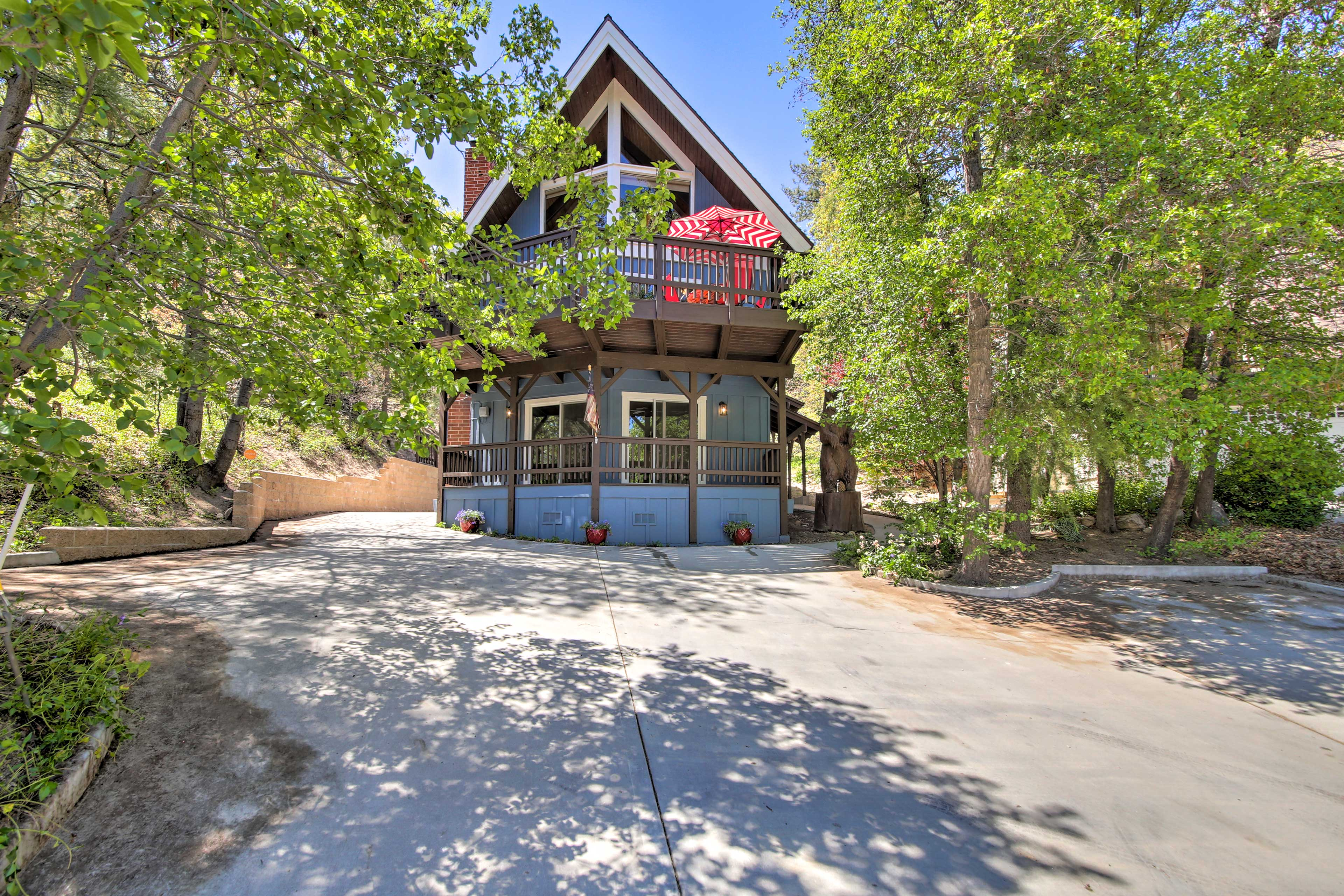 This chalet features 2,000 square feet, room for 8 guests, and multiple decks!
