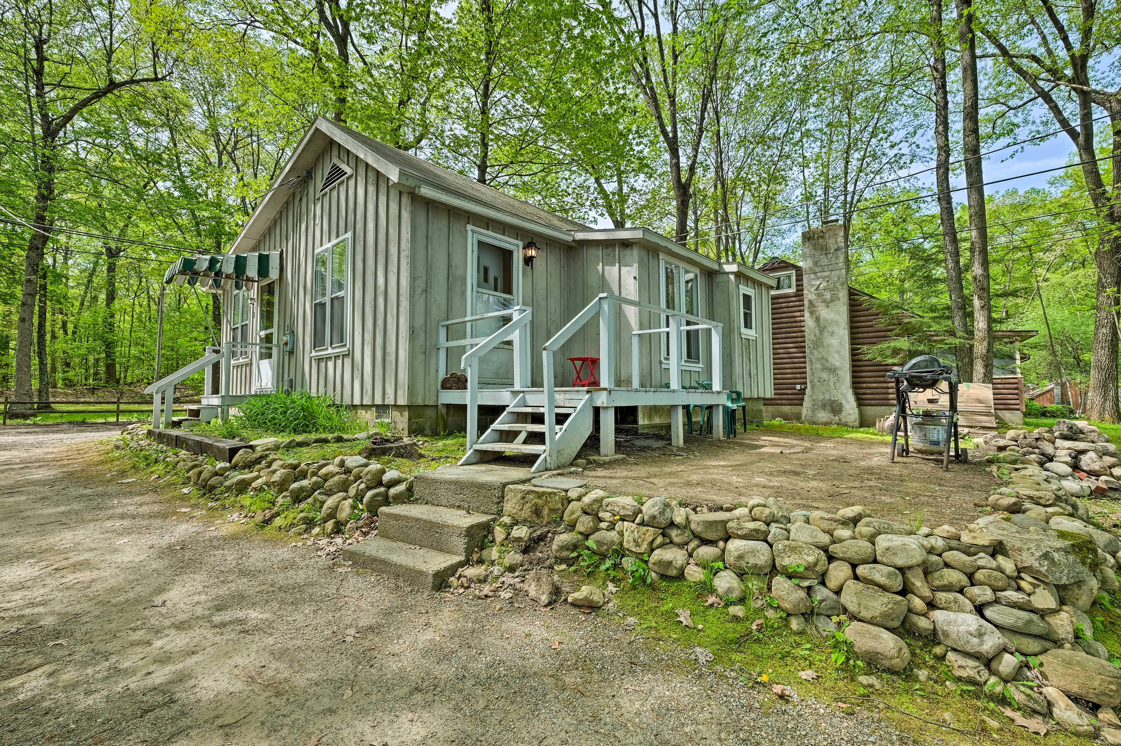 This 1 bedroom, 1-bath cottage on Glen Lake is ideal for family and friends.