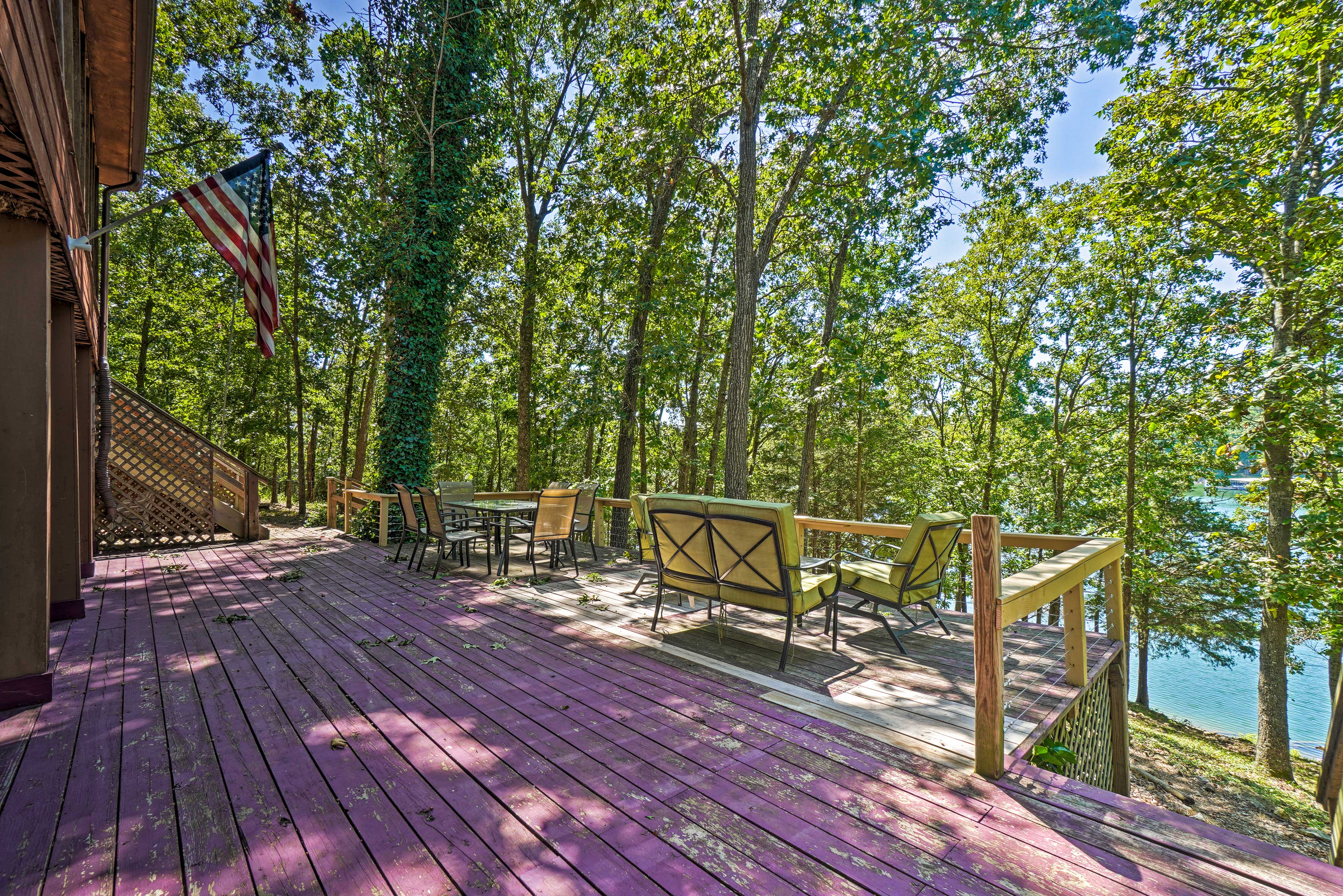 Golden Vacation Rental | 4BR | 2BA | 2,000 Sq Ft | 1 Step Required