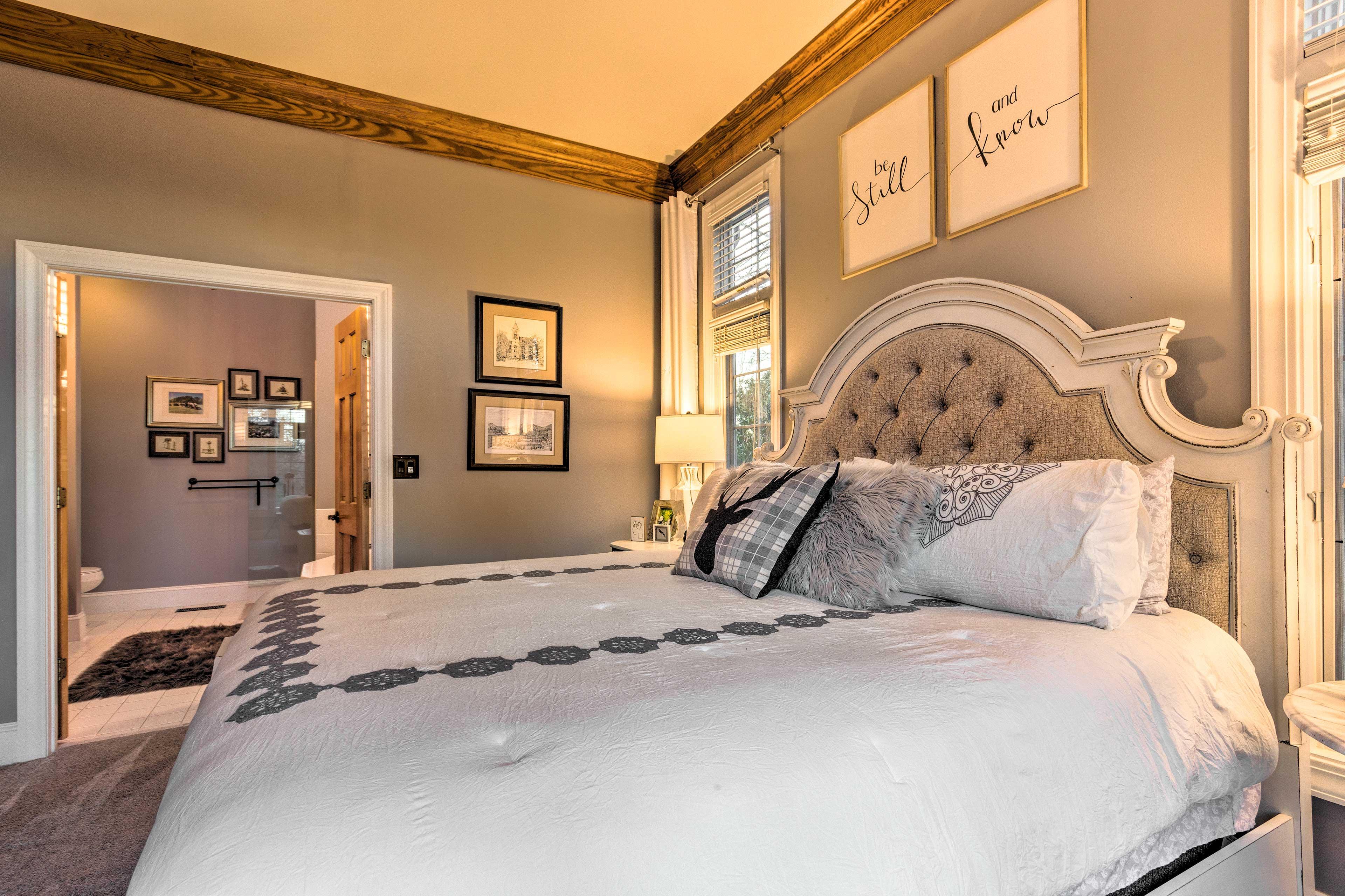 Bedroom Suite 1   Flat-Screen TV